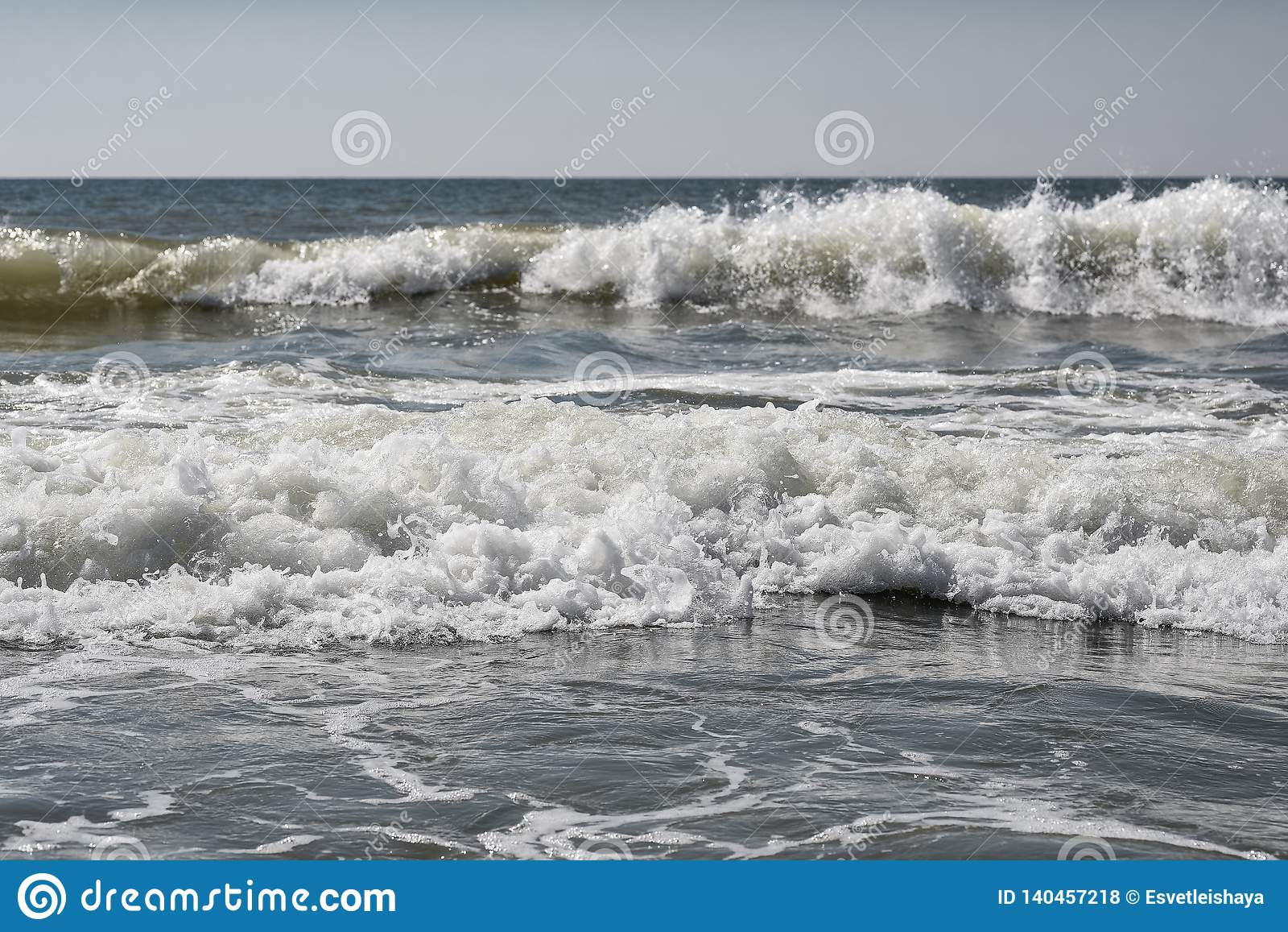 Overzees, zand, hemel, golven en de zomerdag Mooi Tropisch Strand Mooi strand en tropische overzees Zeekust