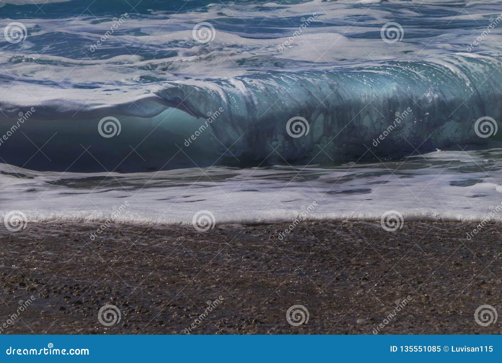 Overzeese golfachtergrond Weergeven van de golven van het strand
