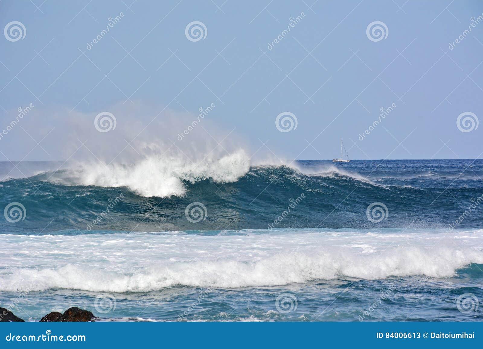 Overzeese golven en de blauwe hemel