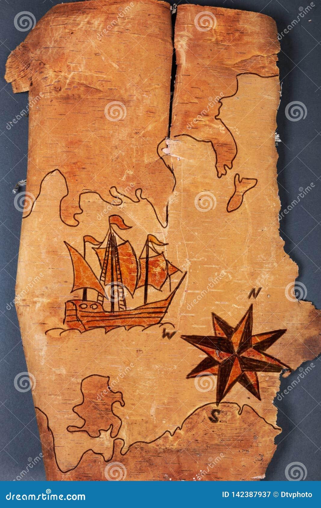 Overzeese kaart met illustraties van varende schip en windroos op de orde van antiquiteiten op natuurlijke houten achtergrond van