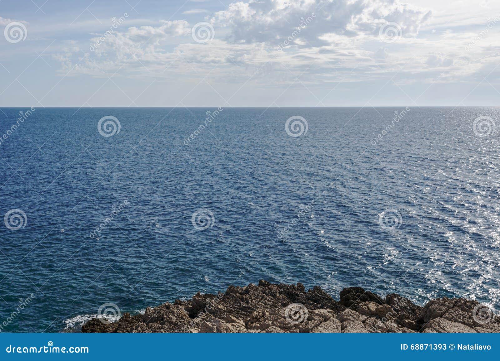 Overzeese kalme oppervlakte en blauwe wolkenhemel horizon Baai Gertsegnovska in Adriatic