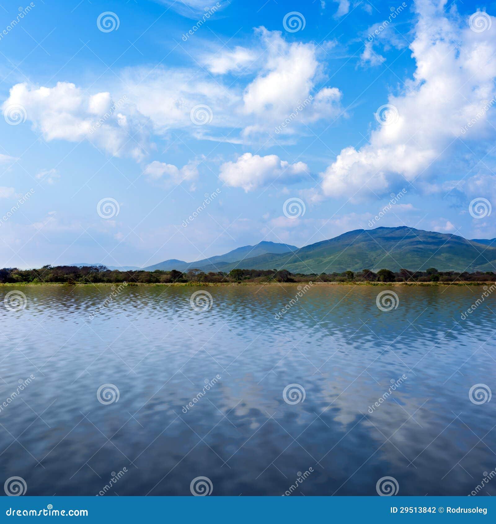 Overzeese mening met mooie wolken en bergen