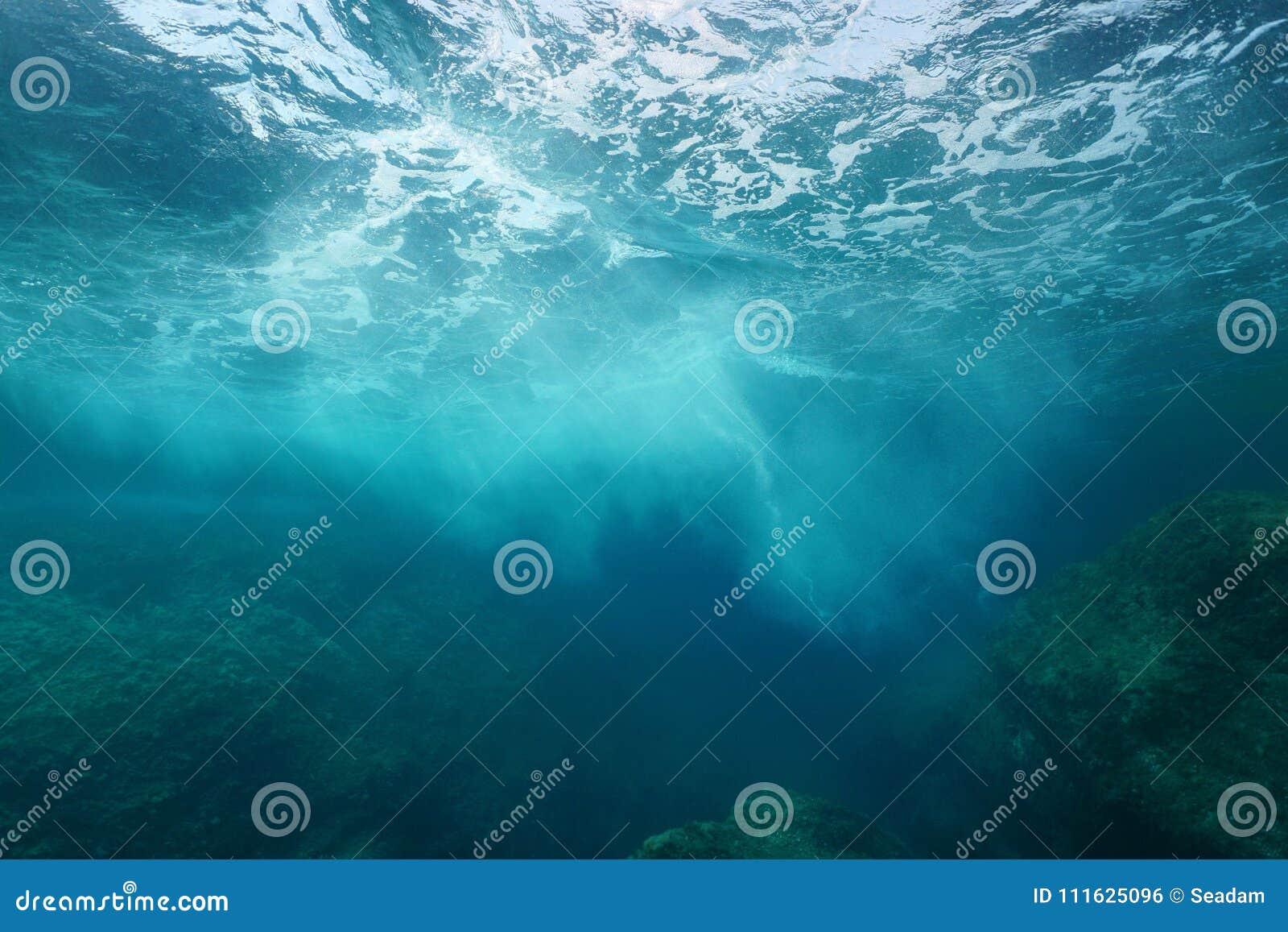 Overzeese schuimgolf het breken op rots onderwater