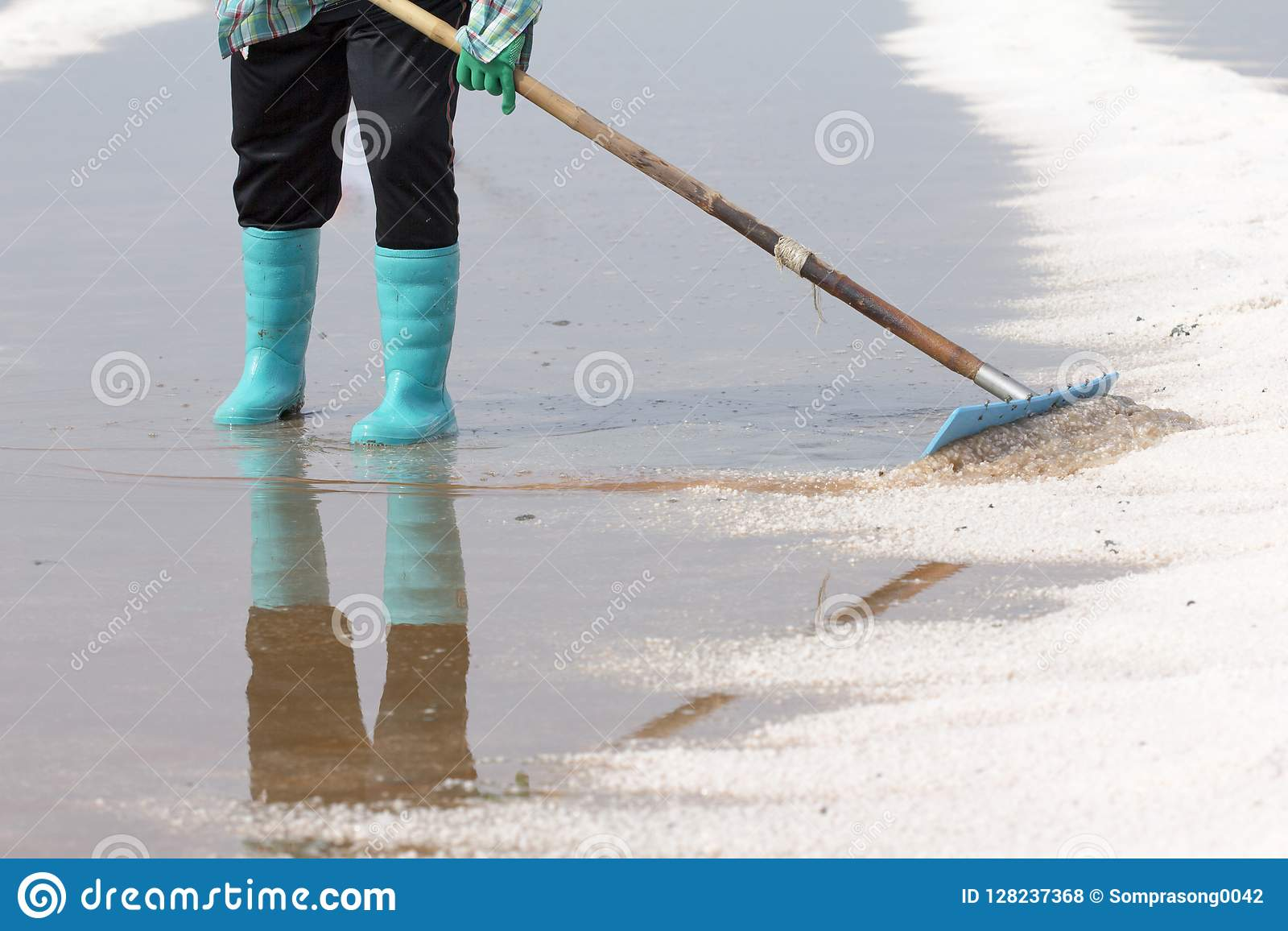 Overzeese zoute verdampingsvijver in Petchaburi, Thailand