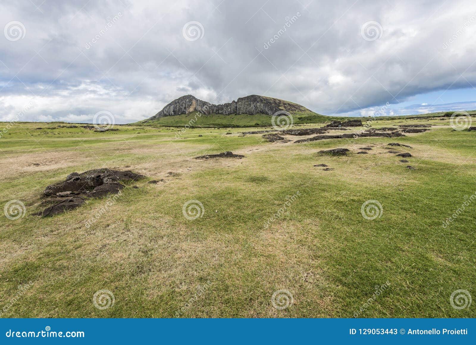 Overzicht 2 van de Rano Raraku-vulkaansteengroeve van moais