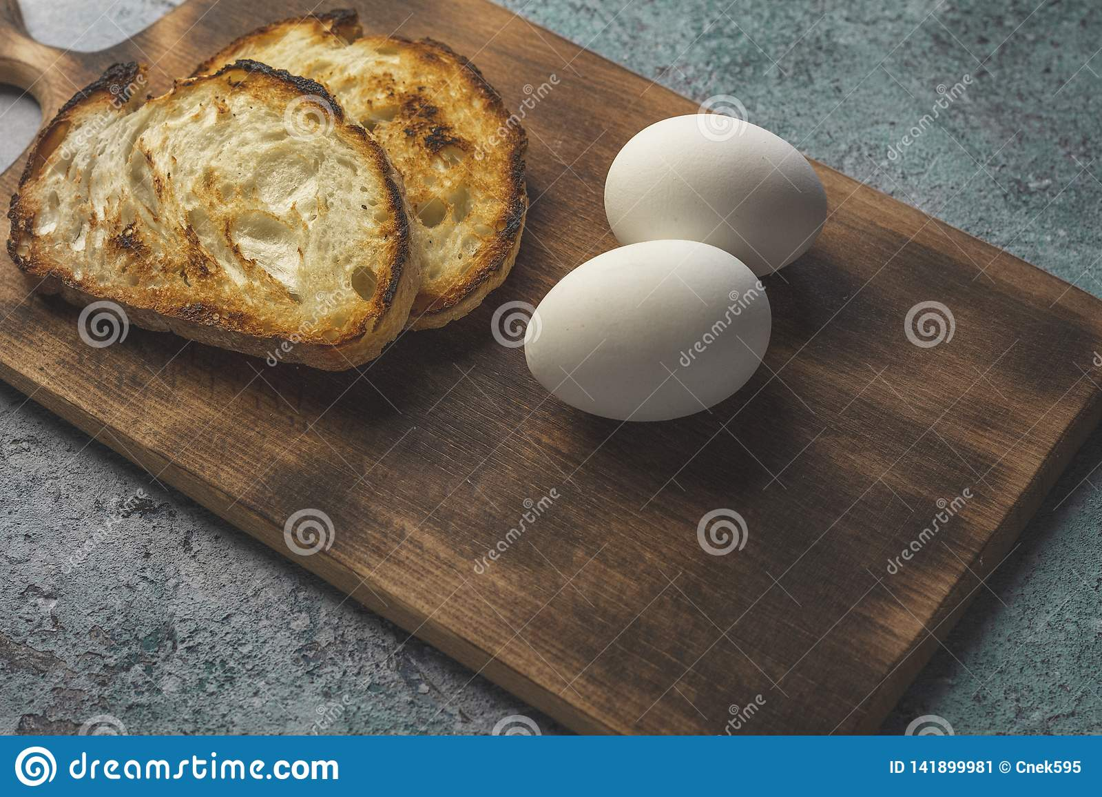 Ovo cozido sobre com fundo de madeira do pão