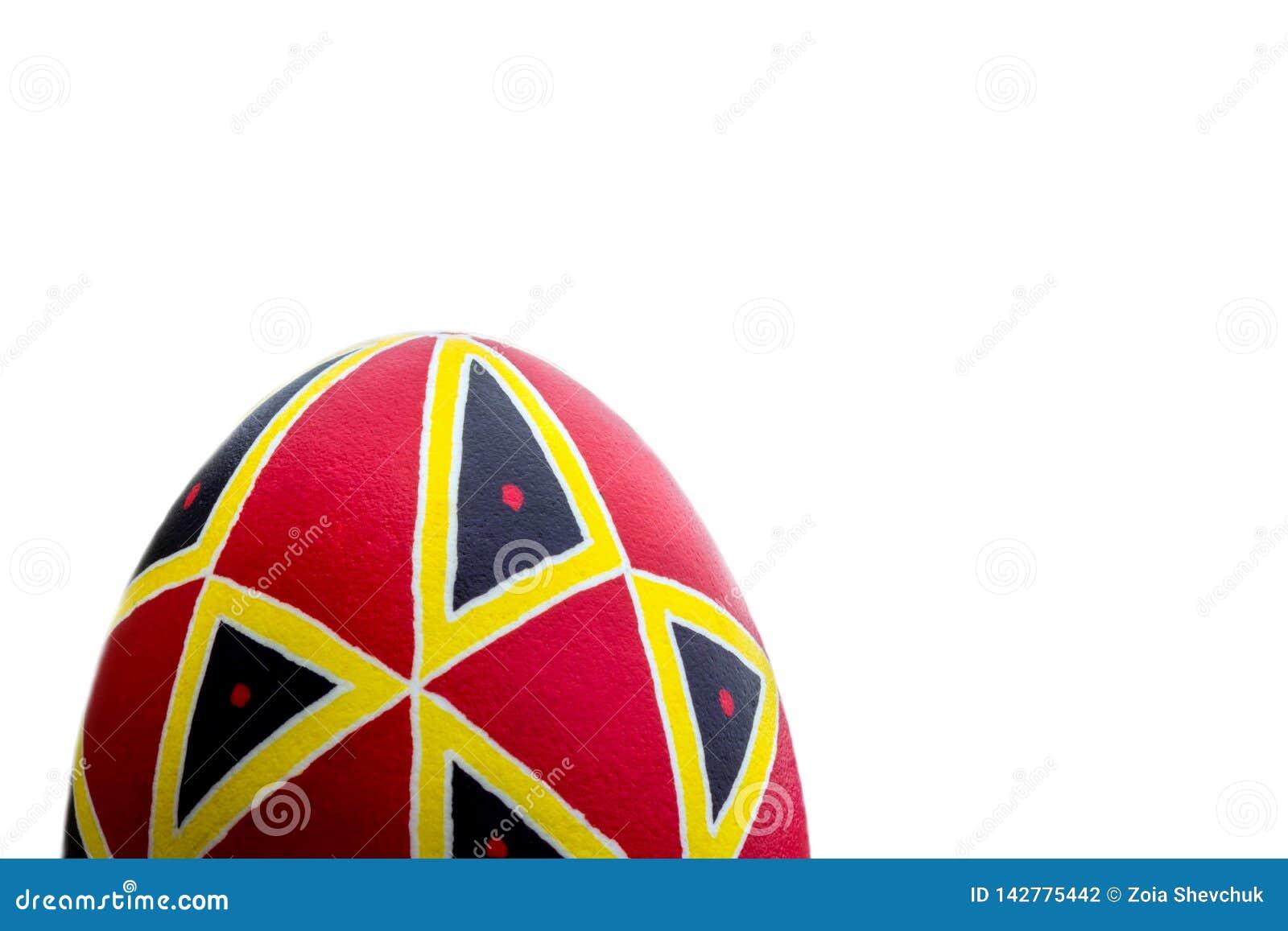 Ovo da páscoa feito a mão étnico perfeito Decorado com testes padrões Isolado no branco