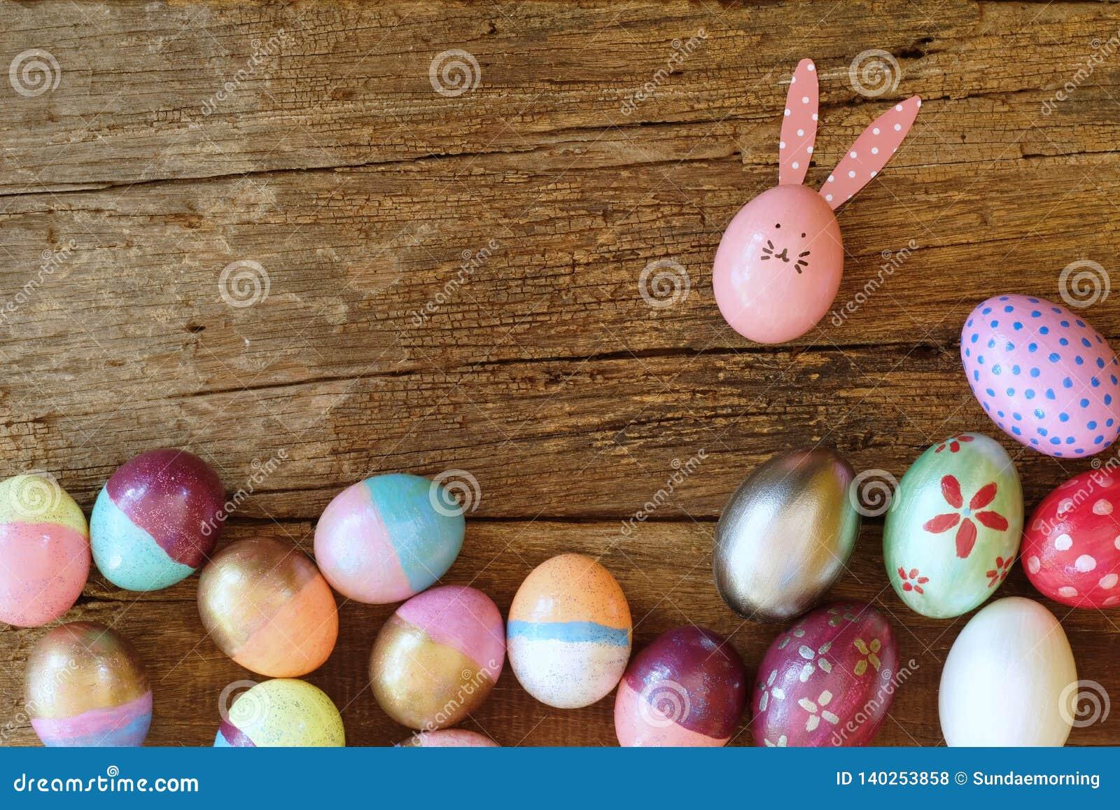Ovo da páscoa pintado na cara do coelho com a orelha longa e da dobra, conceito do feriado da Páscoa, ovos extravagantes