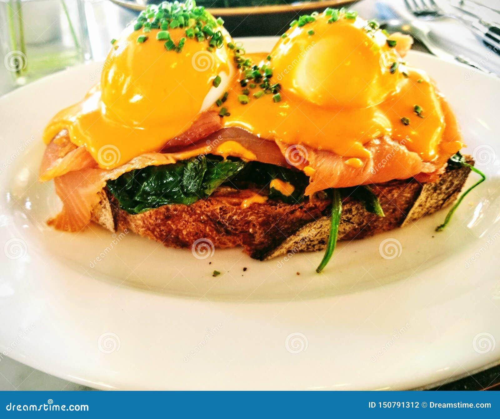 Ovos Benedict com o salmão fumado para o café da manhã e a refeição matinal