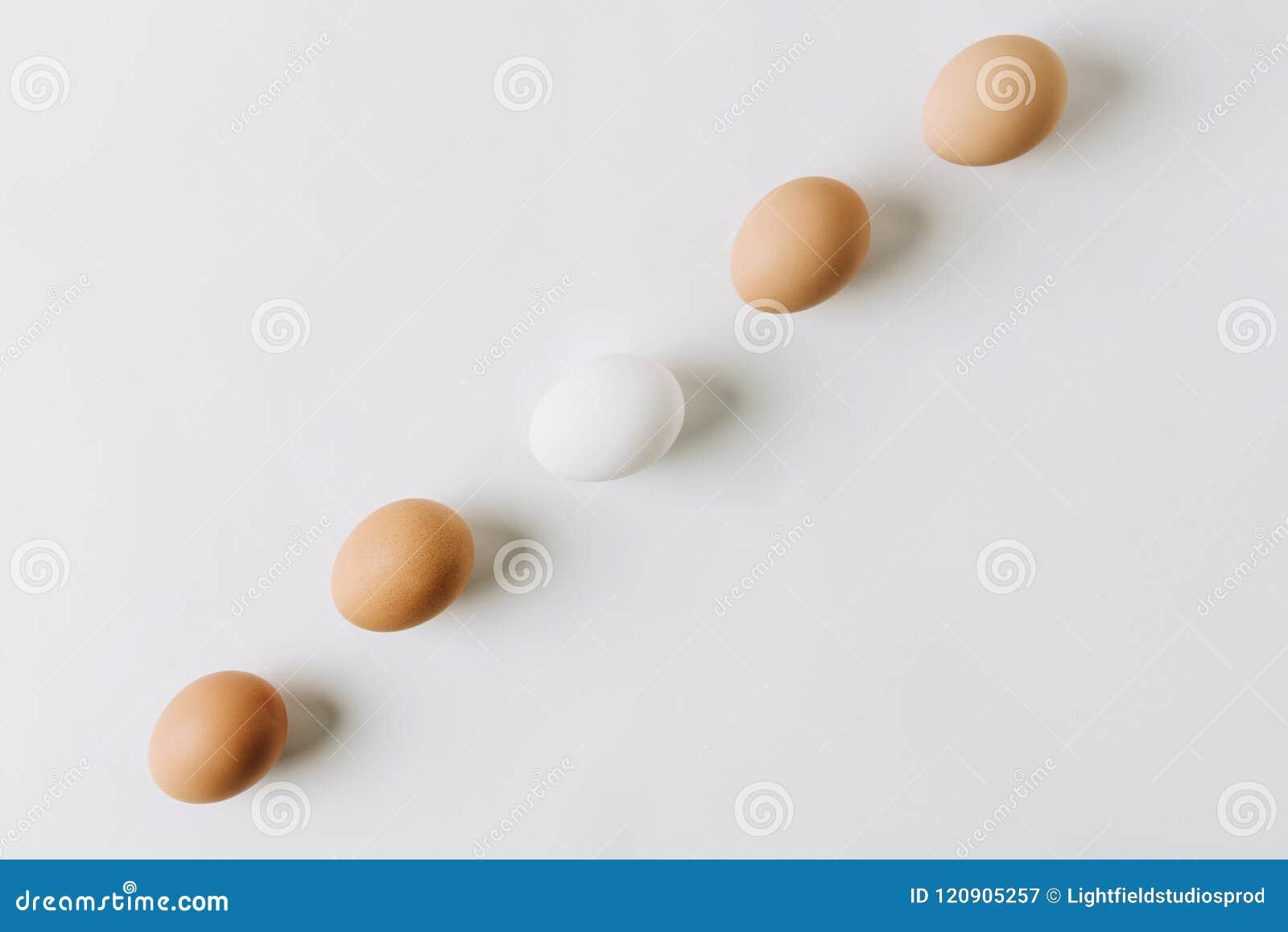 Ovos brancos e marrons em seguido