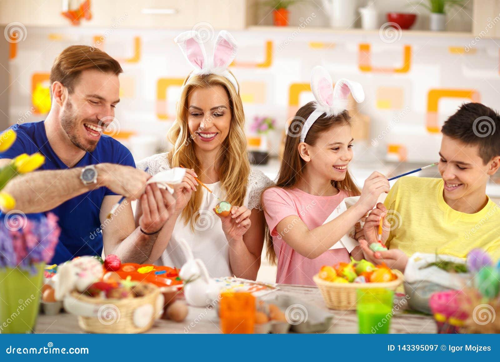 Ovos colorindo da família da Páscoa