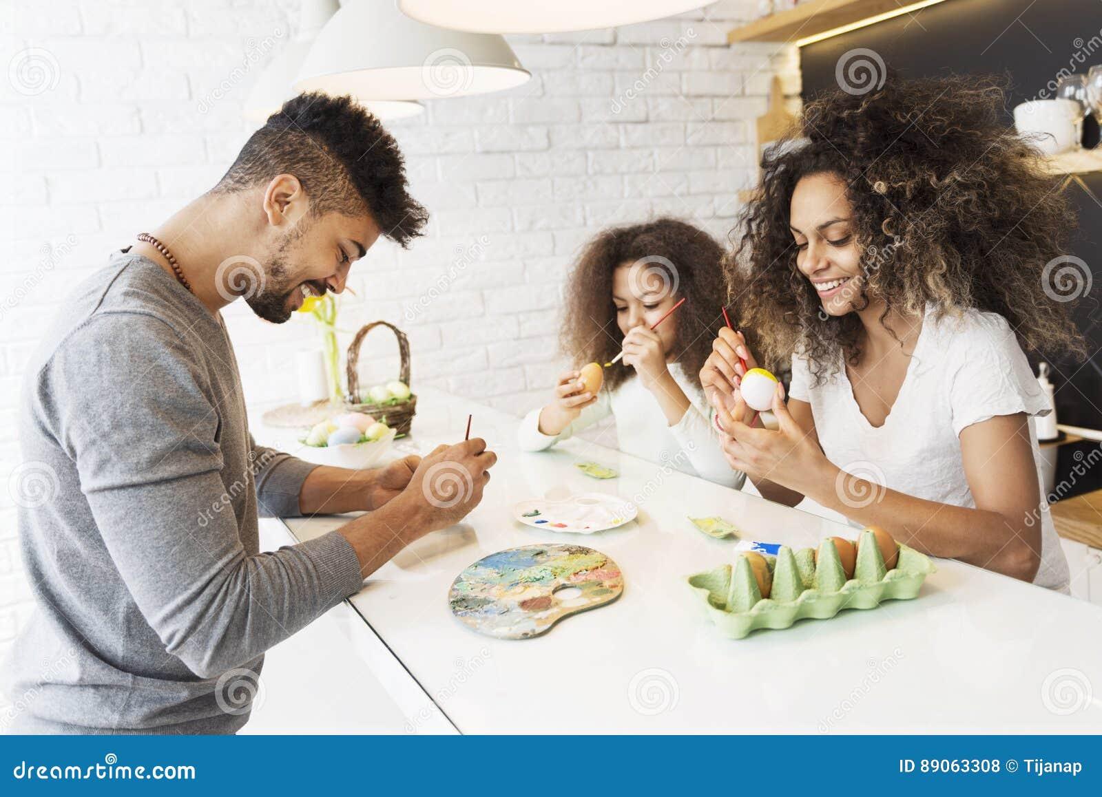 Ovos da páscoa afro-americanos felizes da coloração da família