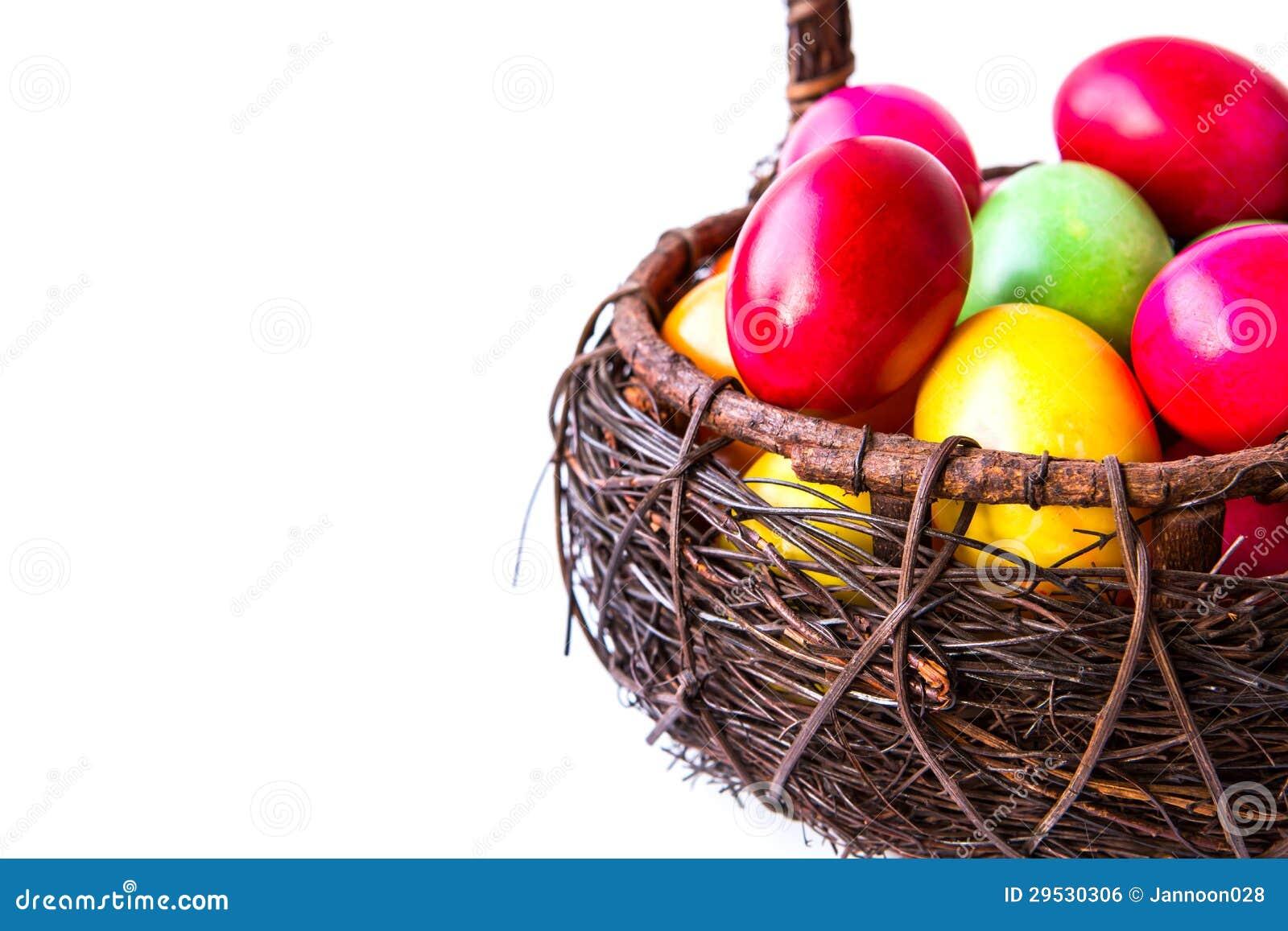 Ovos da páscoa coloridos na cesta marrom