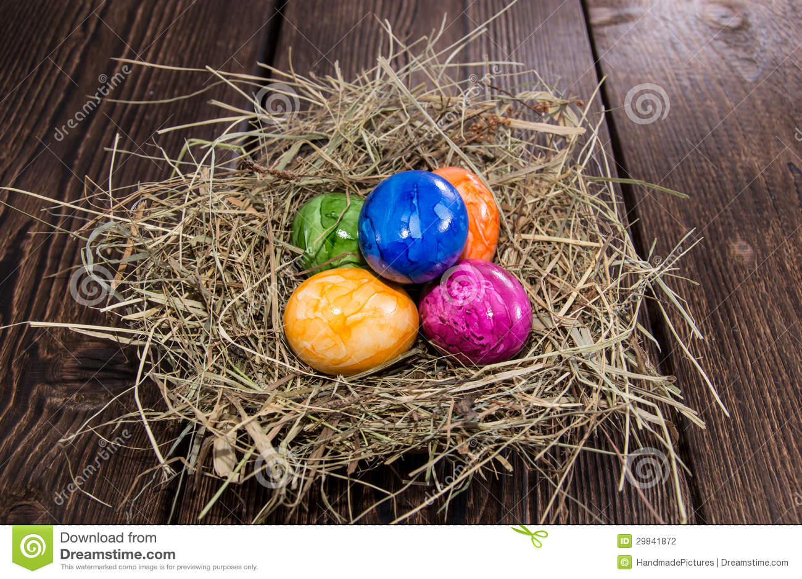 Ovos da páscoa no fundo de madeira