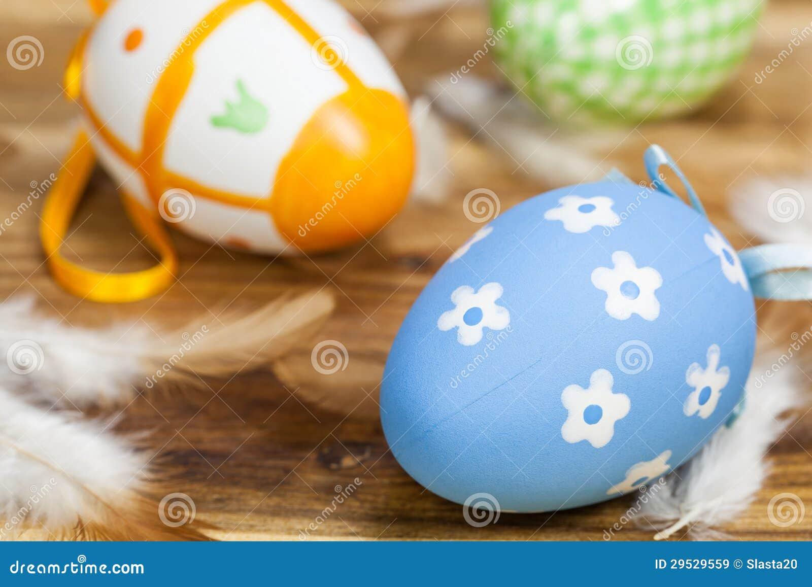 Ovos da páscoa com penas