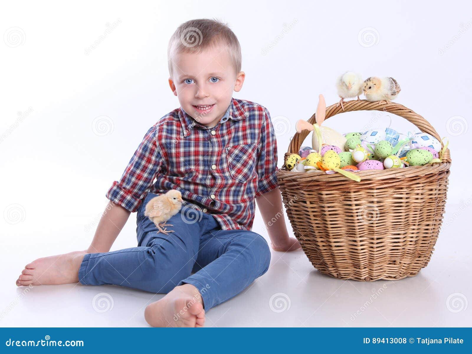 Ovos da páscoa e menino