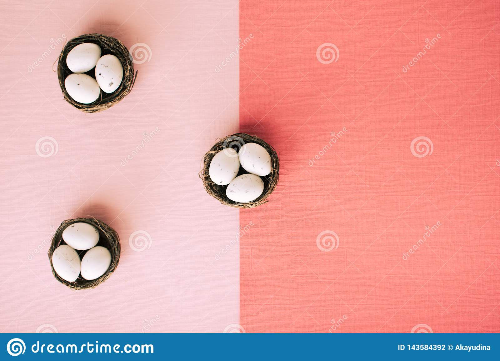 Ovos da páscoa em cestas pequenas