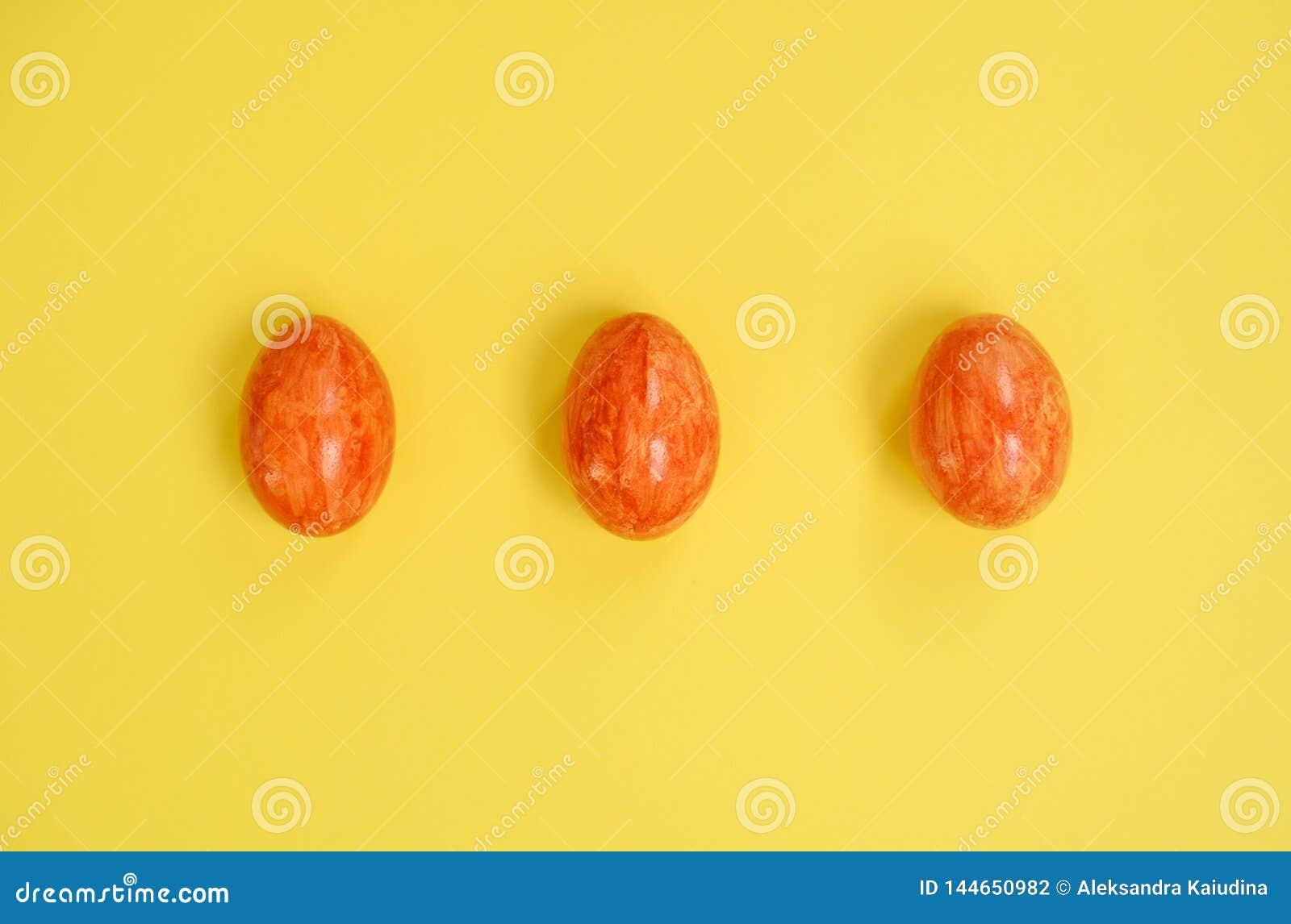 Ovos da páscoa no fundo amarelo