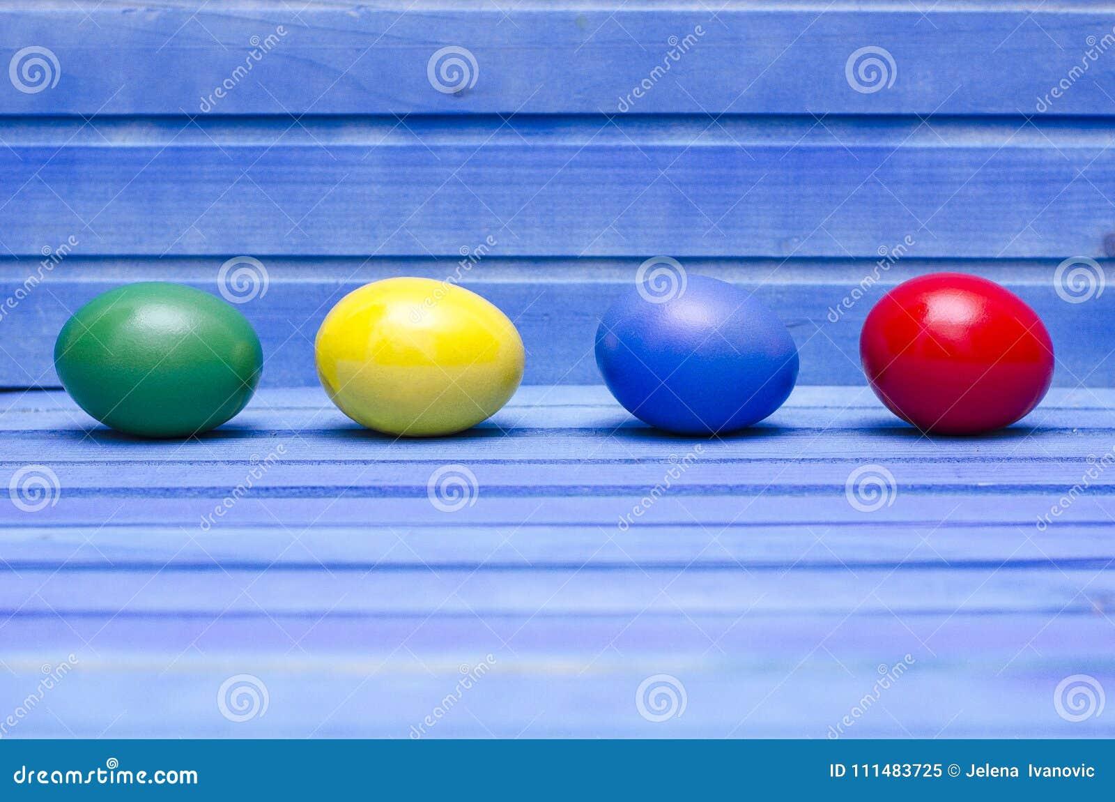 Ovos da páscoa no fundo de madeira azul