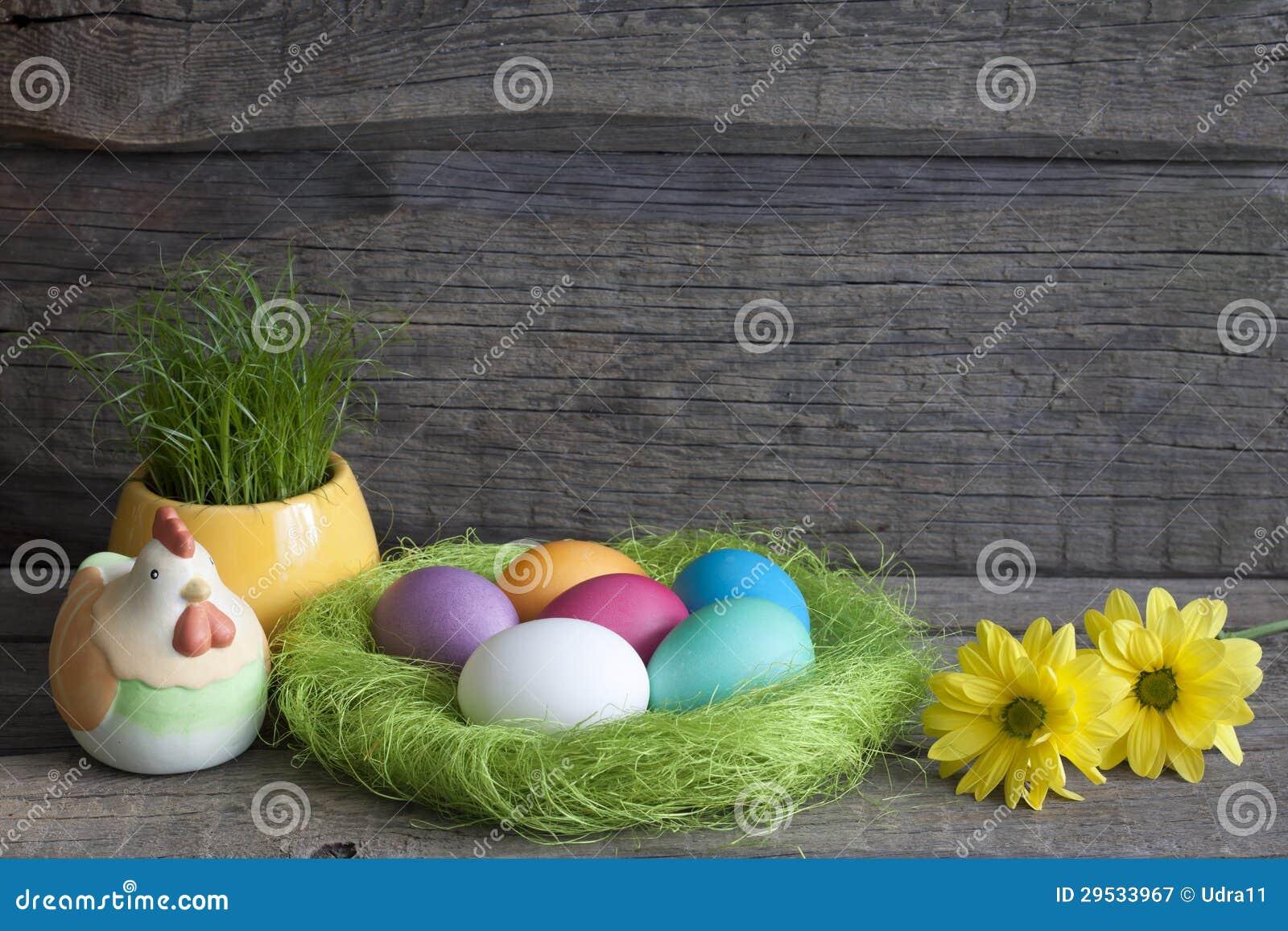 Ovos da páscoa no ninho verde em pranchas de madeira do vintage