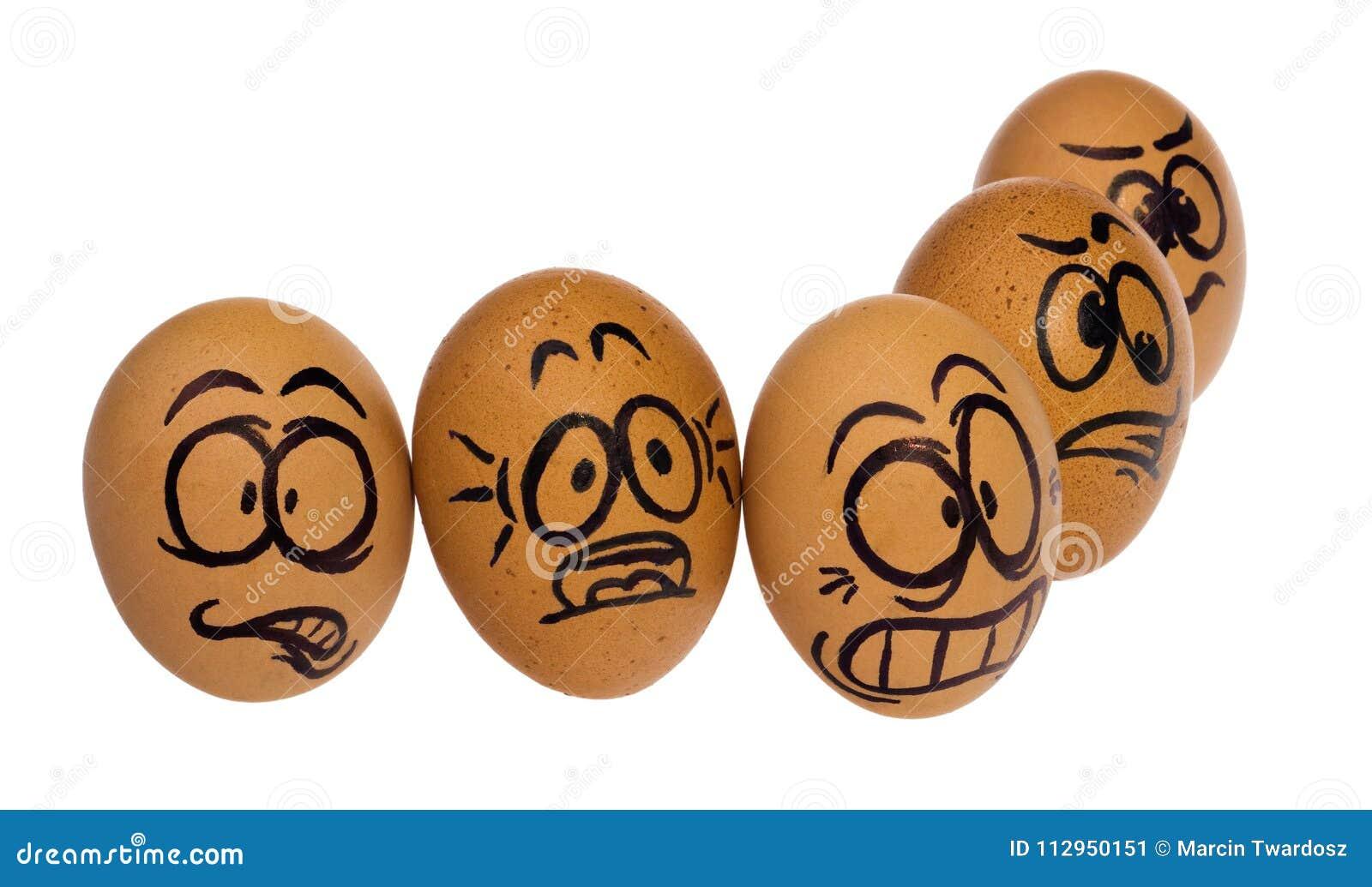 Ovos da páscoa, pintados nas caras engraçadas terrificadas de uns desenhos animados de um indivíduo
