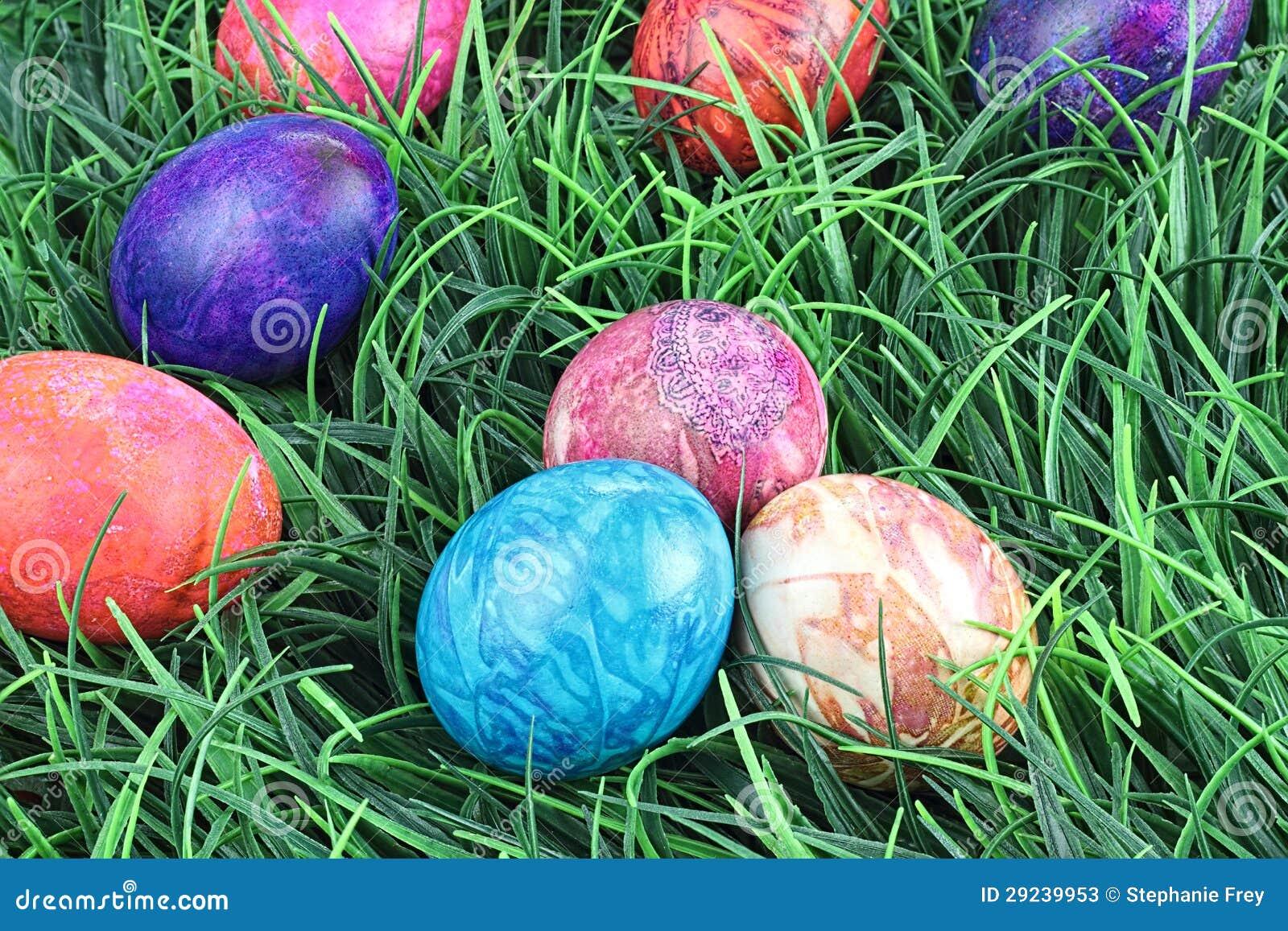 Download Ovos Da Páscoa Tingidos Laço Na Grama Imagem de Stock - Imagem de nave, decorado: 29239953