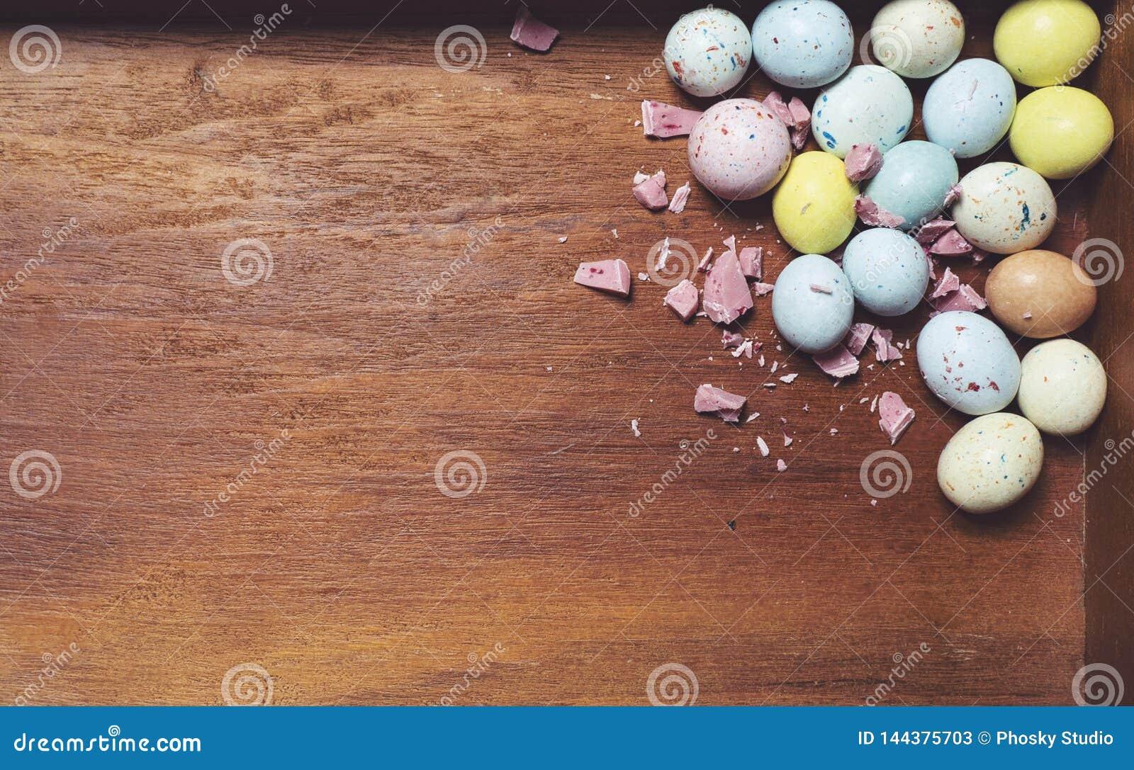 Ovos da p?scoa no fundo de madeira Telem?vel amarelo