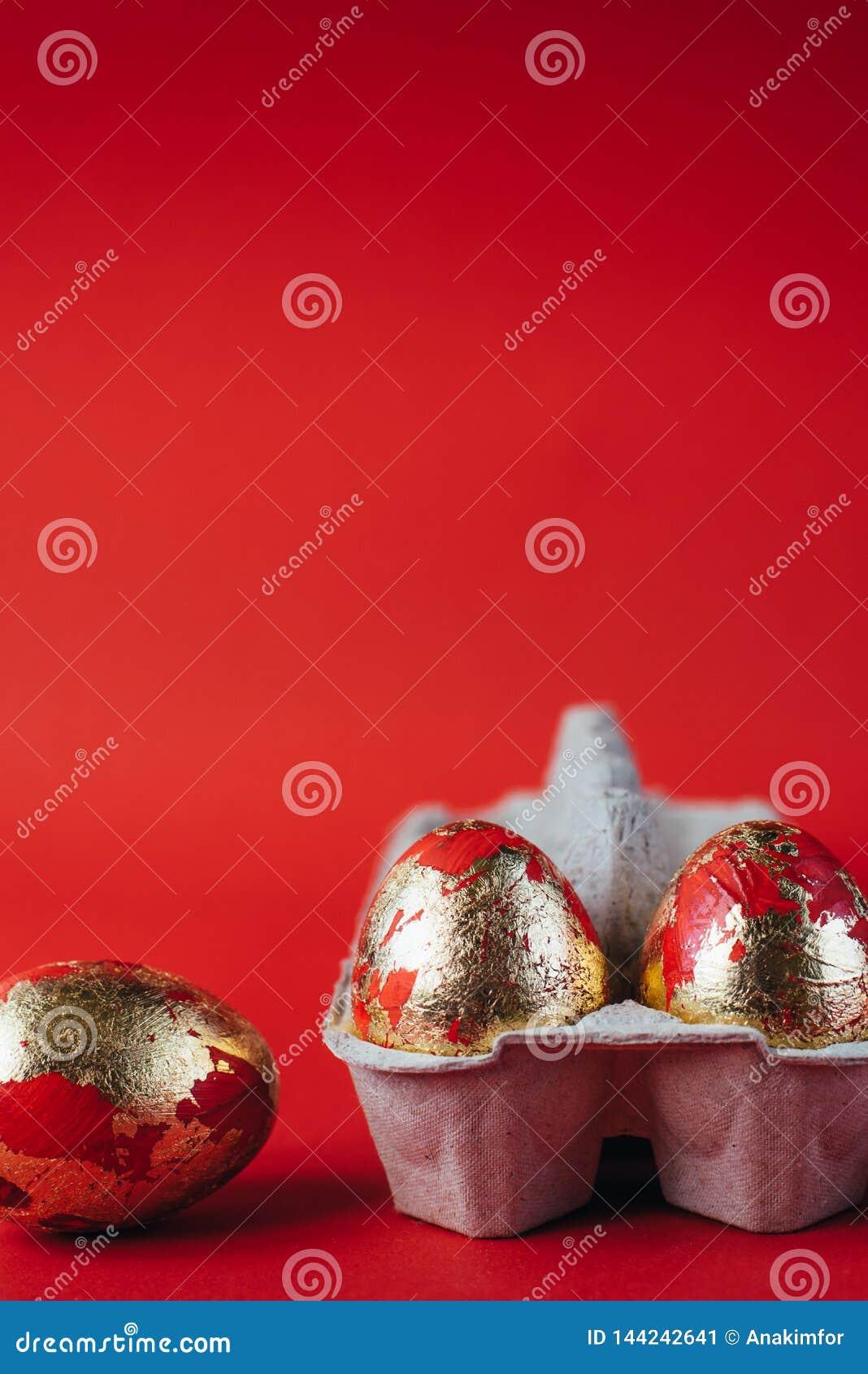 Ovos da p?scoa pintados vermelhos no fundo vermelho