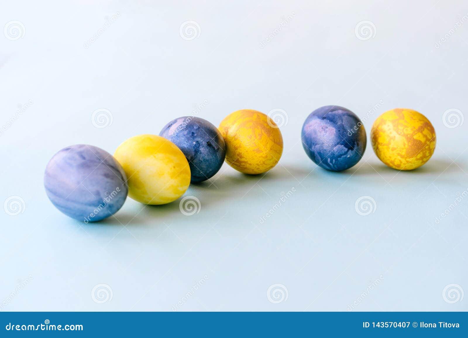 Ovos de Easter azuis e amarelos