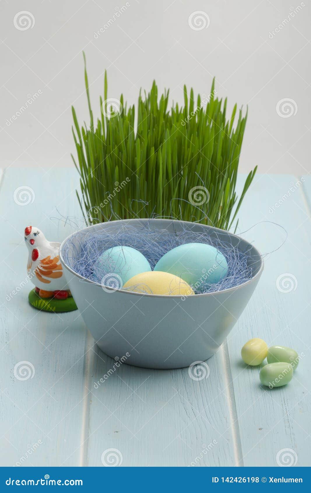 Ovos de easter coloridos em uma bacia