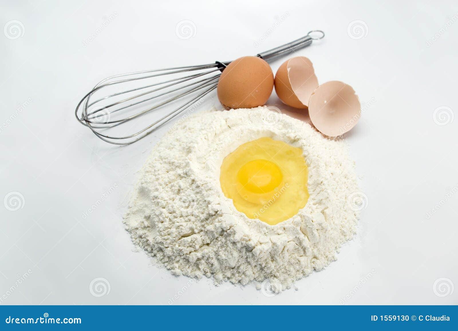 Ovos, farinha e ferramentas da cozinha