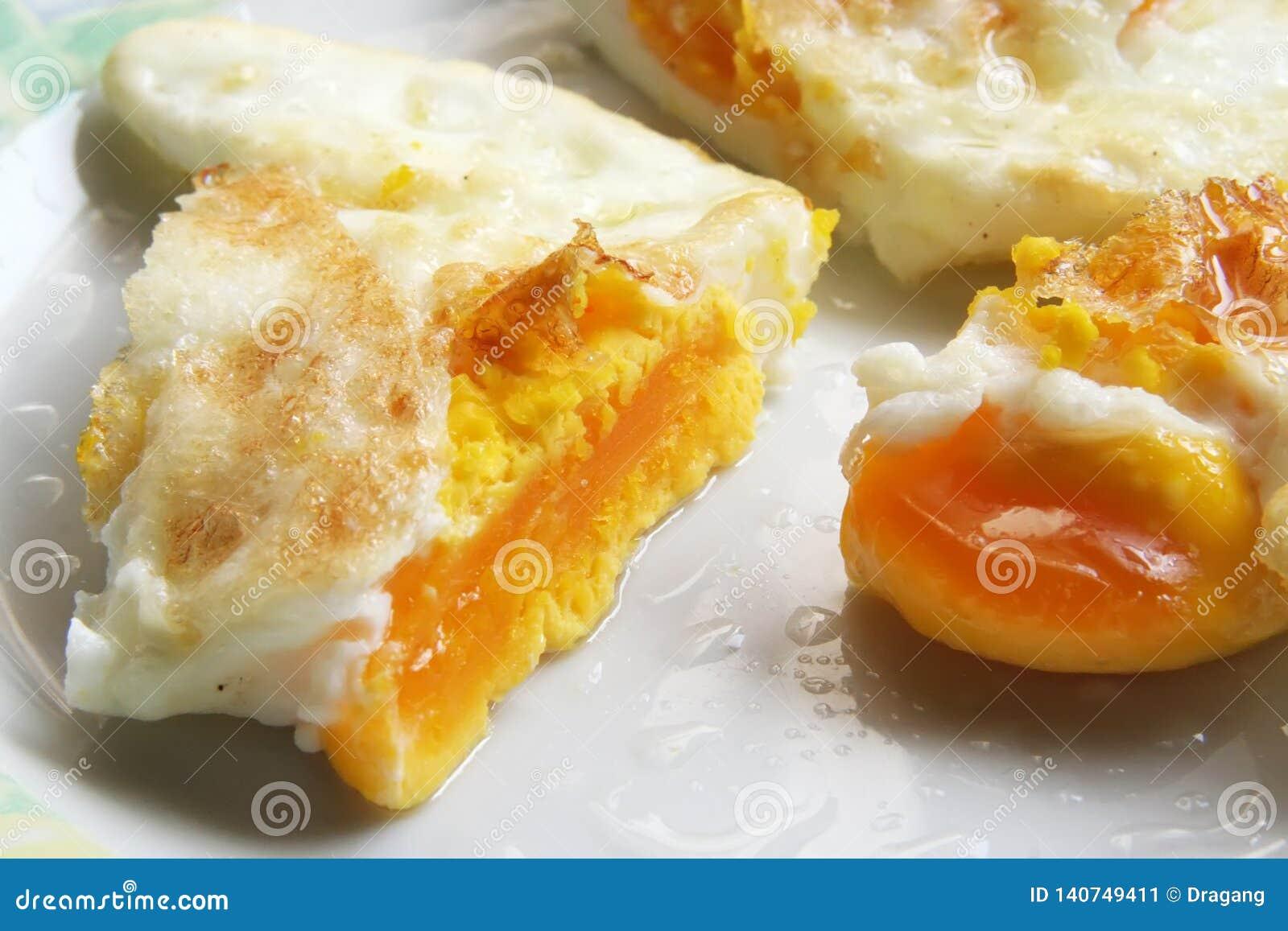 Ovos fritados em uma placa Café da manhã feito fresco