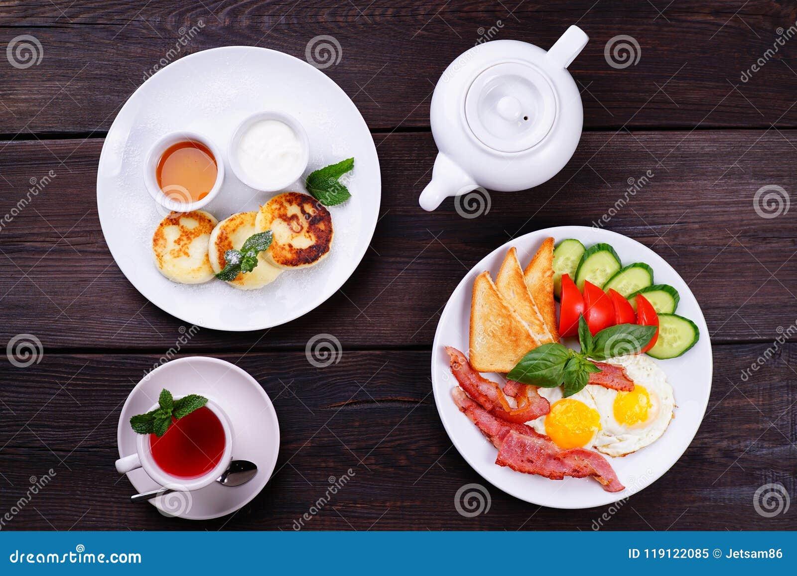 Ovos fritos com bacon, café da manhã das panquecas do queijo