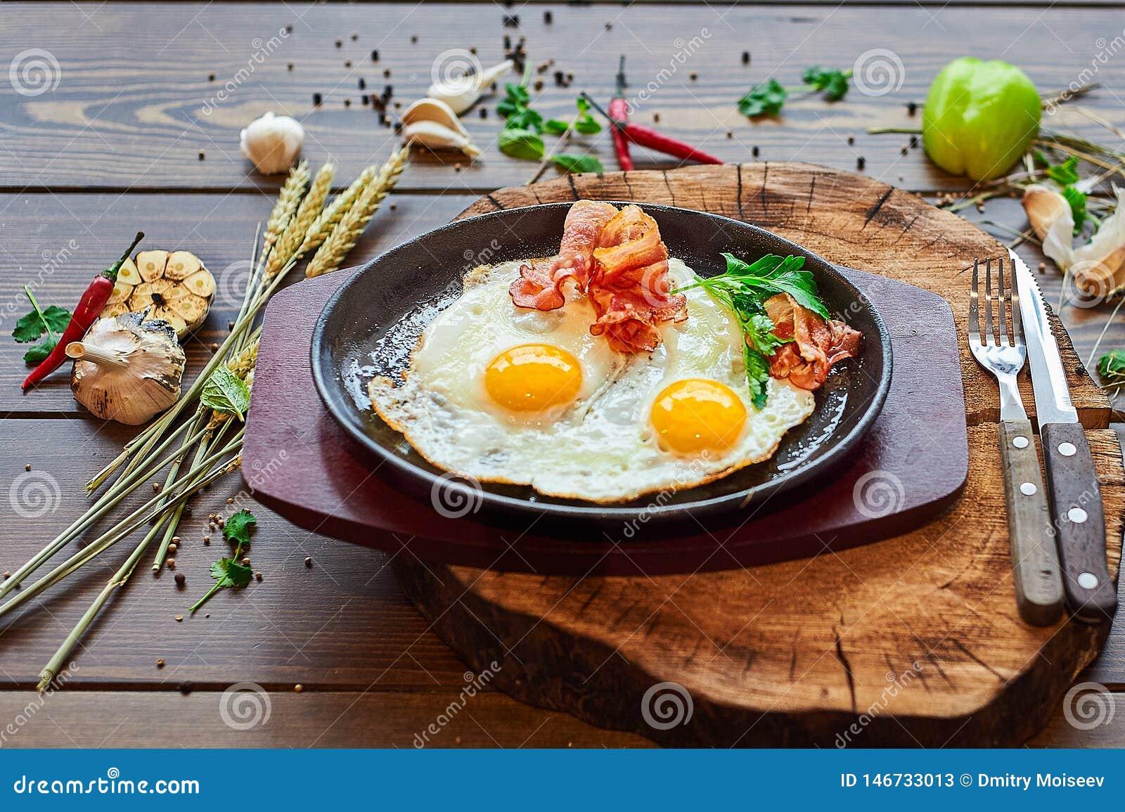 Ovos fritos com baliza em uma placa de pedra