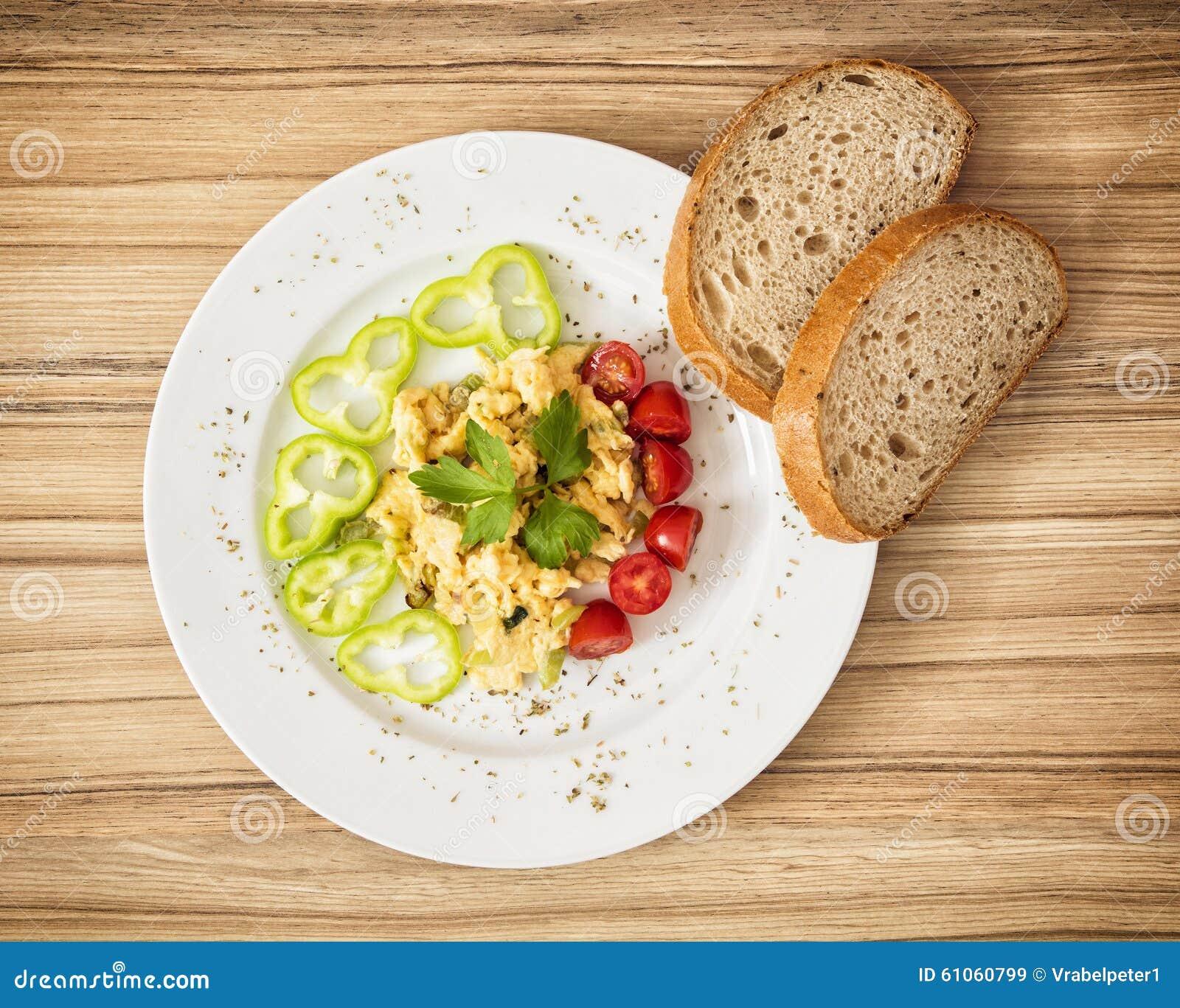 Ovos mexidos com paprika, tomates de cereja e pão