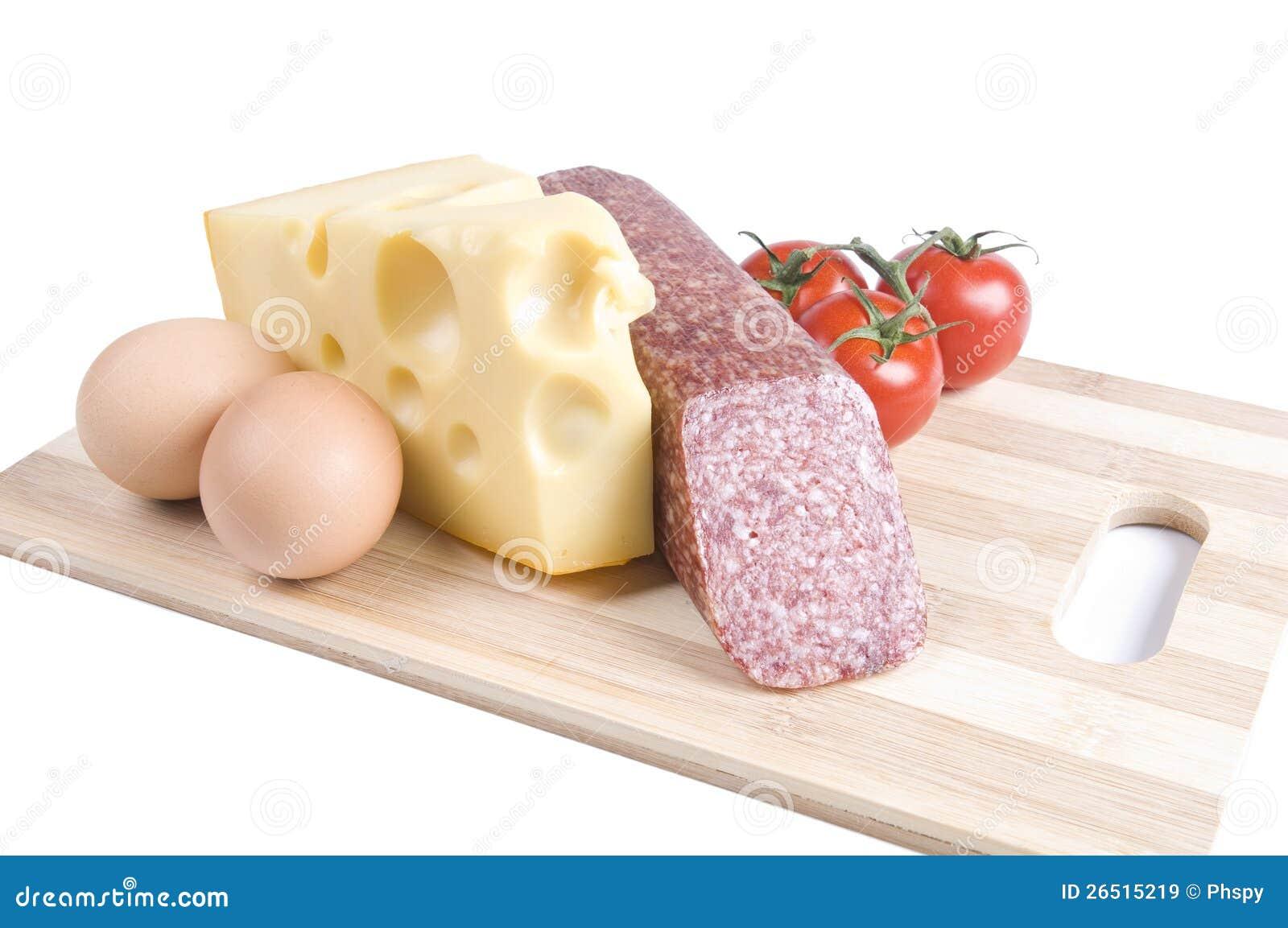 Ovos, queijo, salsicha e tomates em uma placa