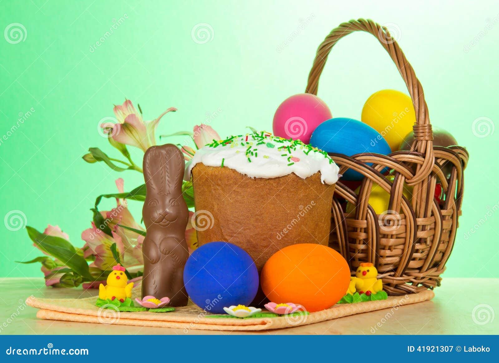 Ovos, um bolo da Páscoa, coelho e alstromeria