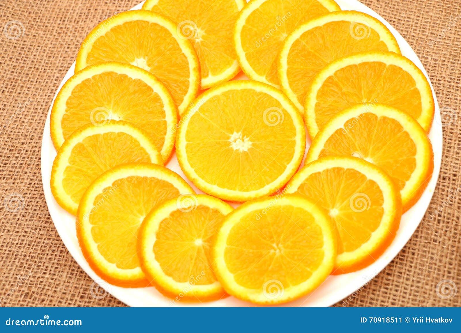 Owoc, pomarańcze i kiwi na talerzu,