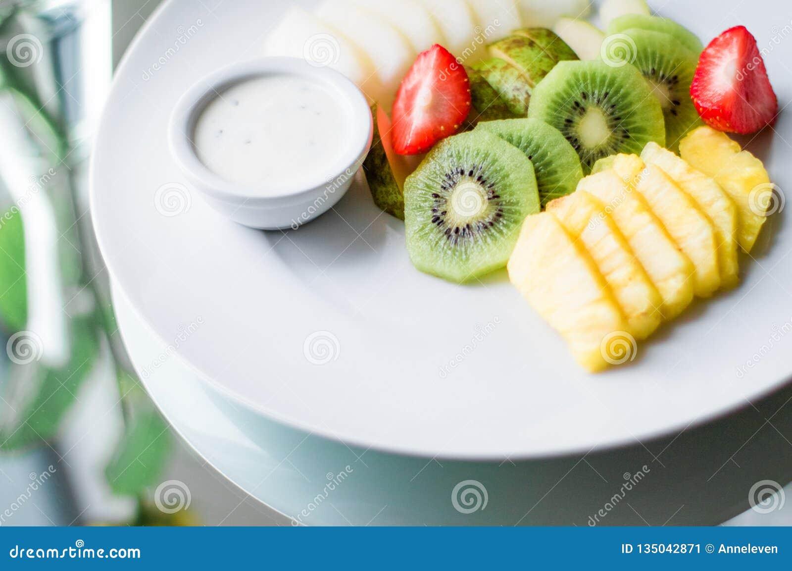 Owoc talerz słuzyć - świeże owoc i zdrowy łasowanie projektowali pojęcie