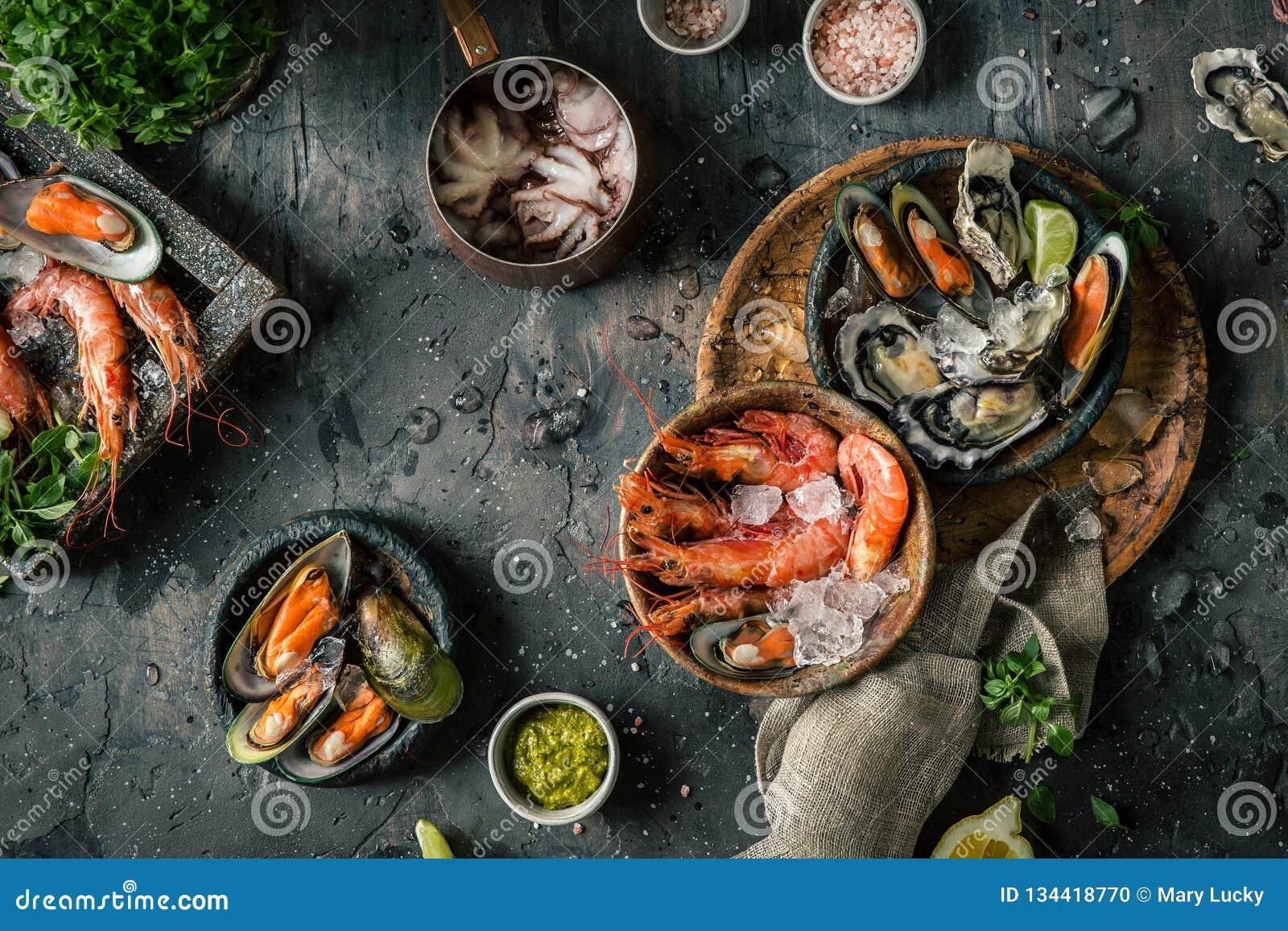 Owoce morza Świeże garnele, ostrygi, mussels, langoustines, ośmiornica w lodzie z cytryną