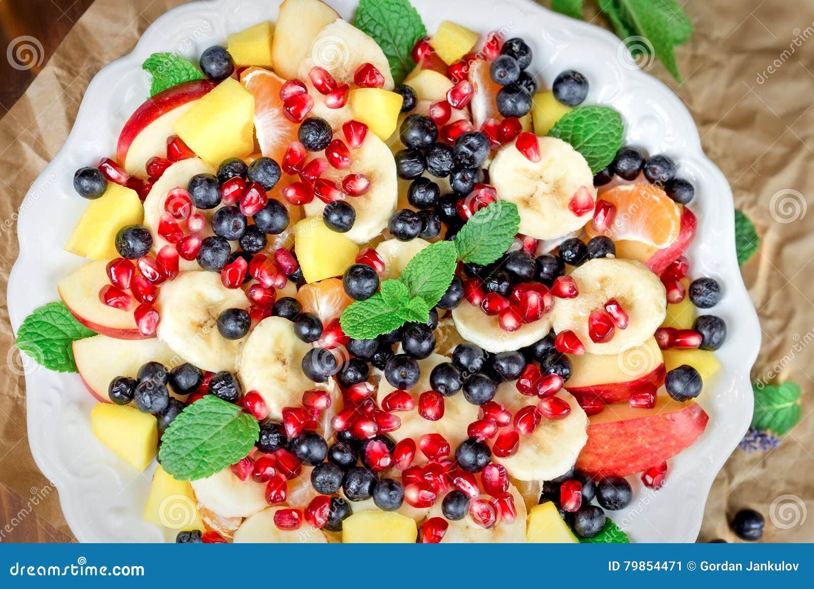 Owocowa sałatka - świeżo przygotowany zdrowy posiłek