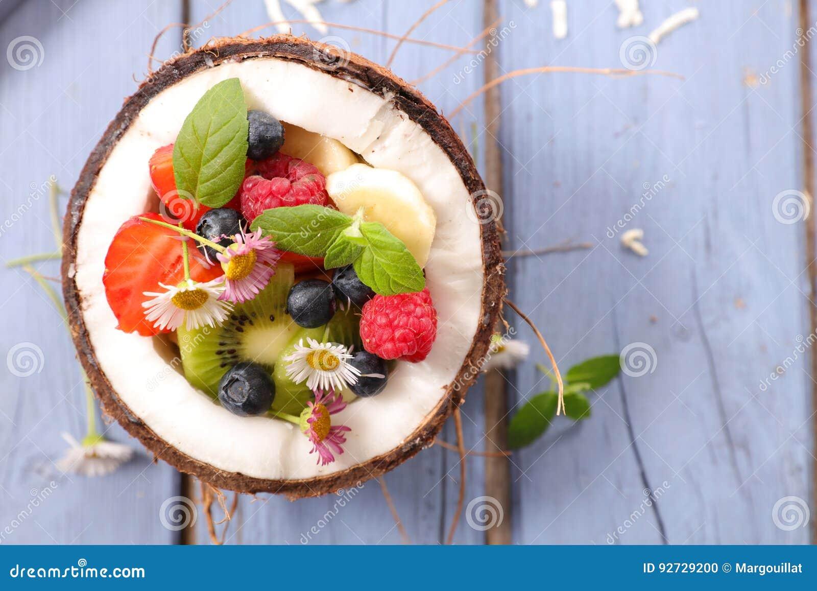 Owocowa sałatka w coco