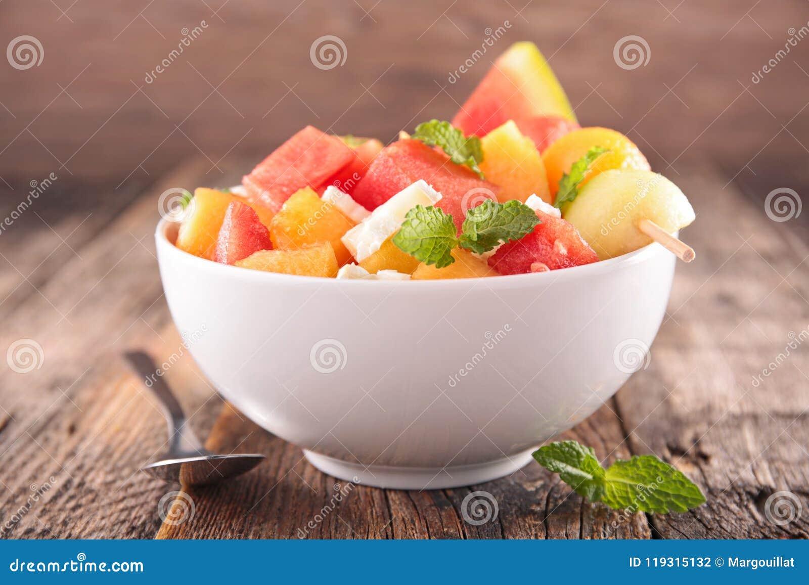 Owocowa sałatka w pucharze