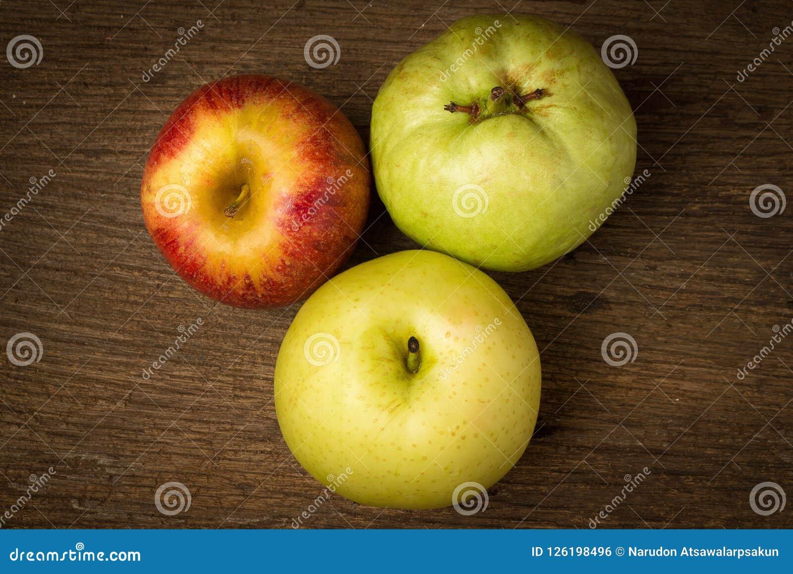 Owocowy światła ruchu pojęcie jabłczanego tła odosobniony czerwony biel chiński bonkreta kolor żółty gua