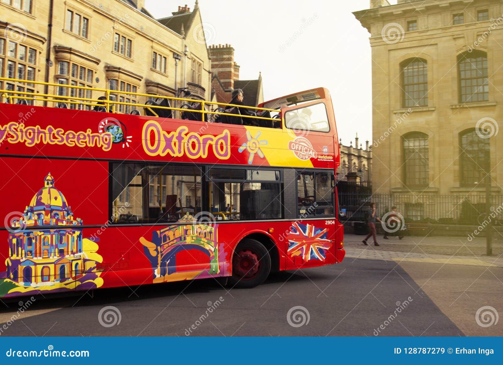 Oxford, Großbritannien - 13. Oktober 2018: Rote touristische buss in der Straße