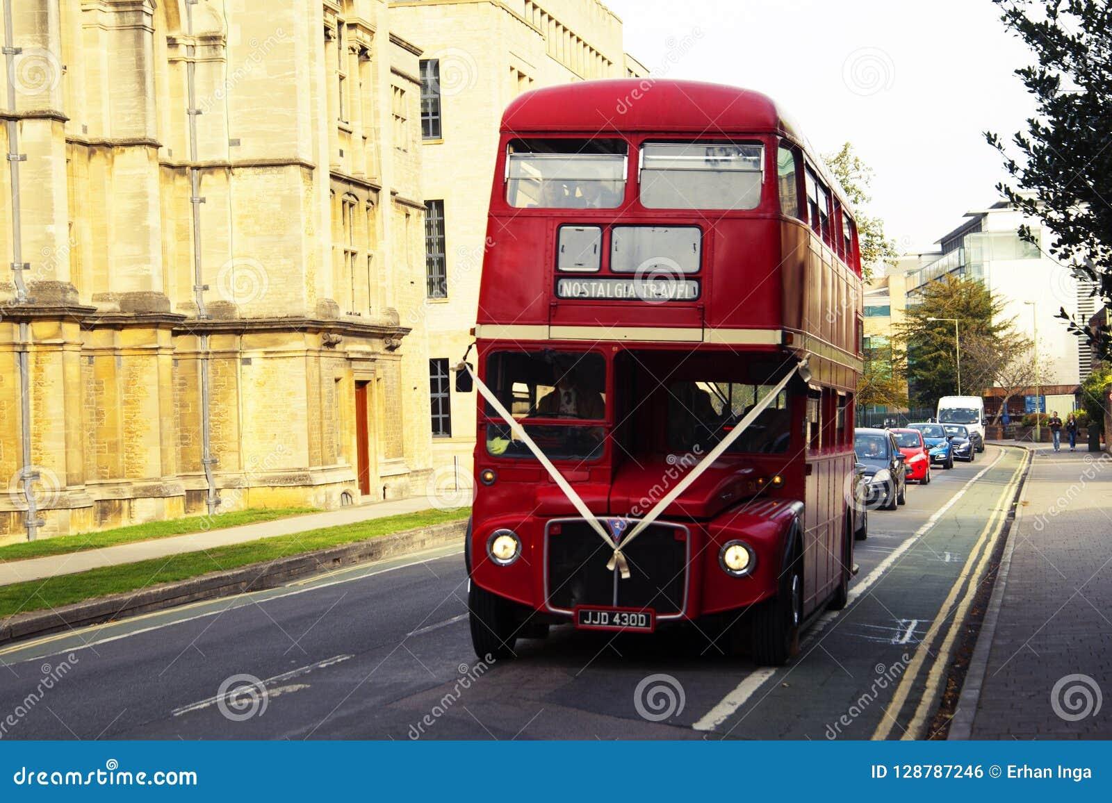 Oxford, Großbritannien - 13. Oktober 2018: Rote Weinlese touristische buss in der Straße