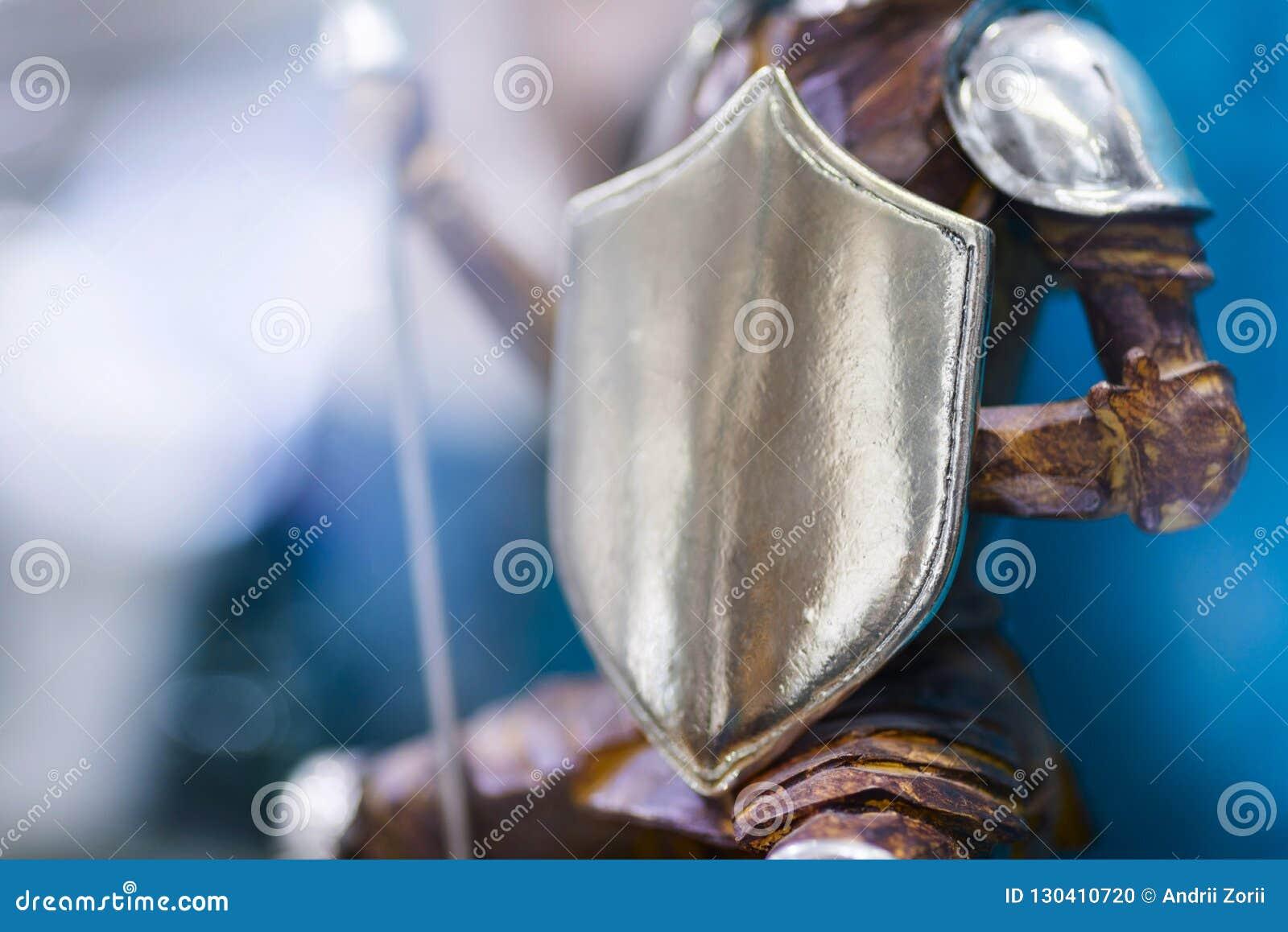 Ozdobna osłona brązowa statua należy rycerz w zbroi Wojownik w opancerzeniu z osłoną 3d pojęcia wizerunku odosobniony ochrony bie