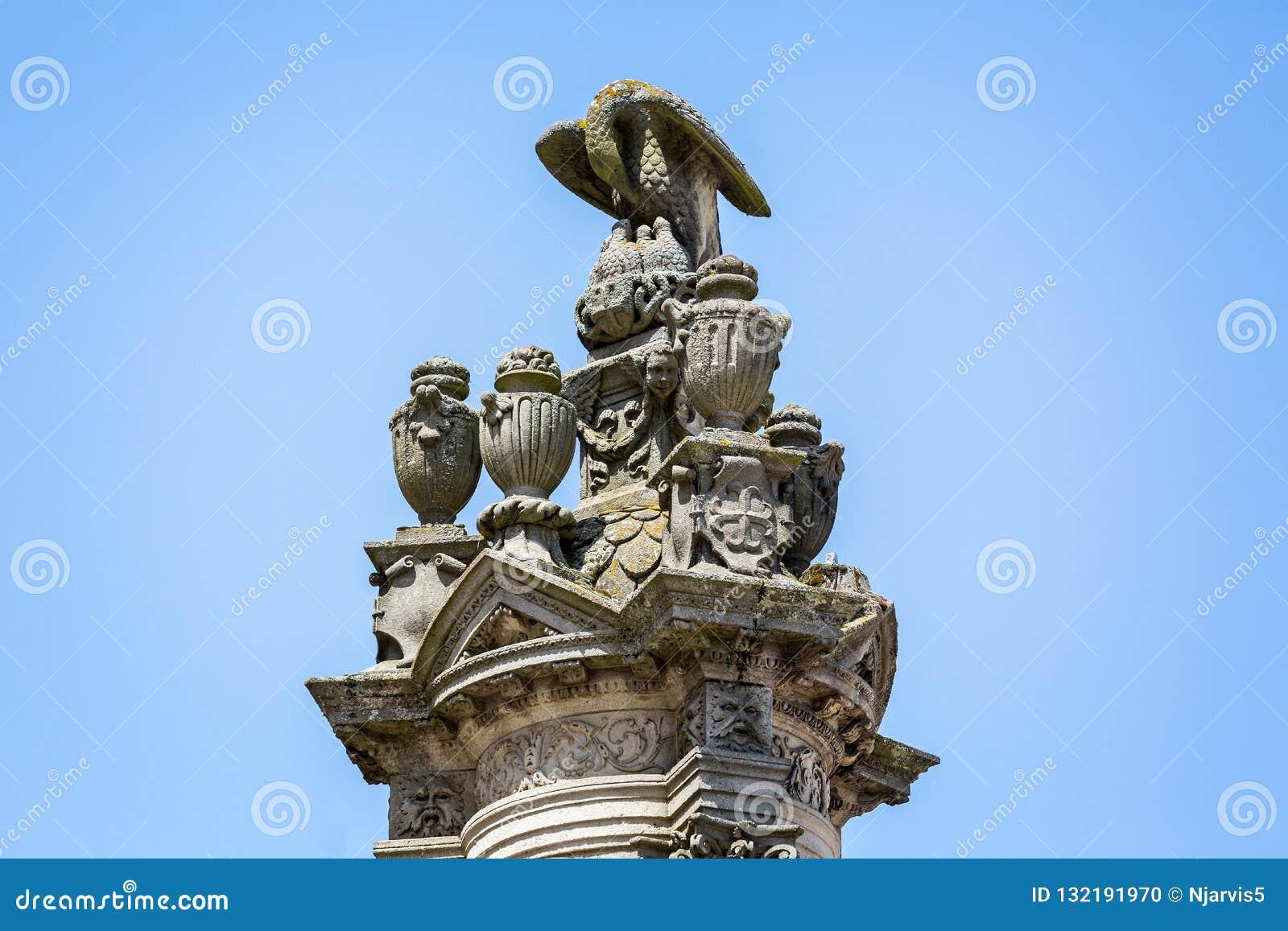 Ozdobna plenerowa rzeźba orłów żywieniowi potomstwa na górze wielkiego filaru na zewnątrz katedry w Autun, Burgundy, Francja
