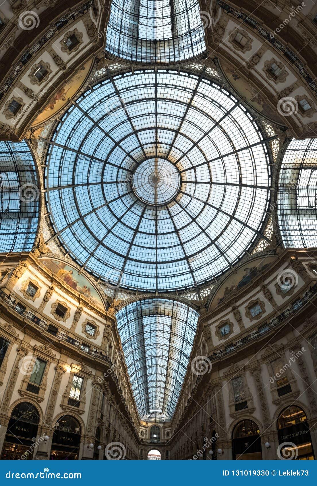 Ozdobny szklany sufit przy Galleria Vittorio Emanuele II ikonowym centrum handlowym, lokalizować obok katedry w Mediolan, Włochy