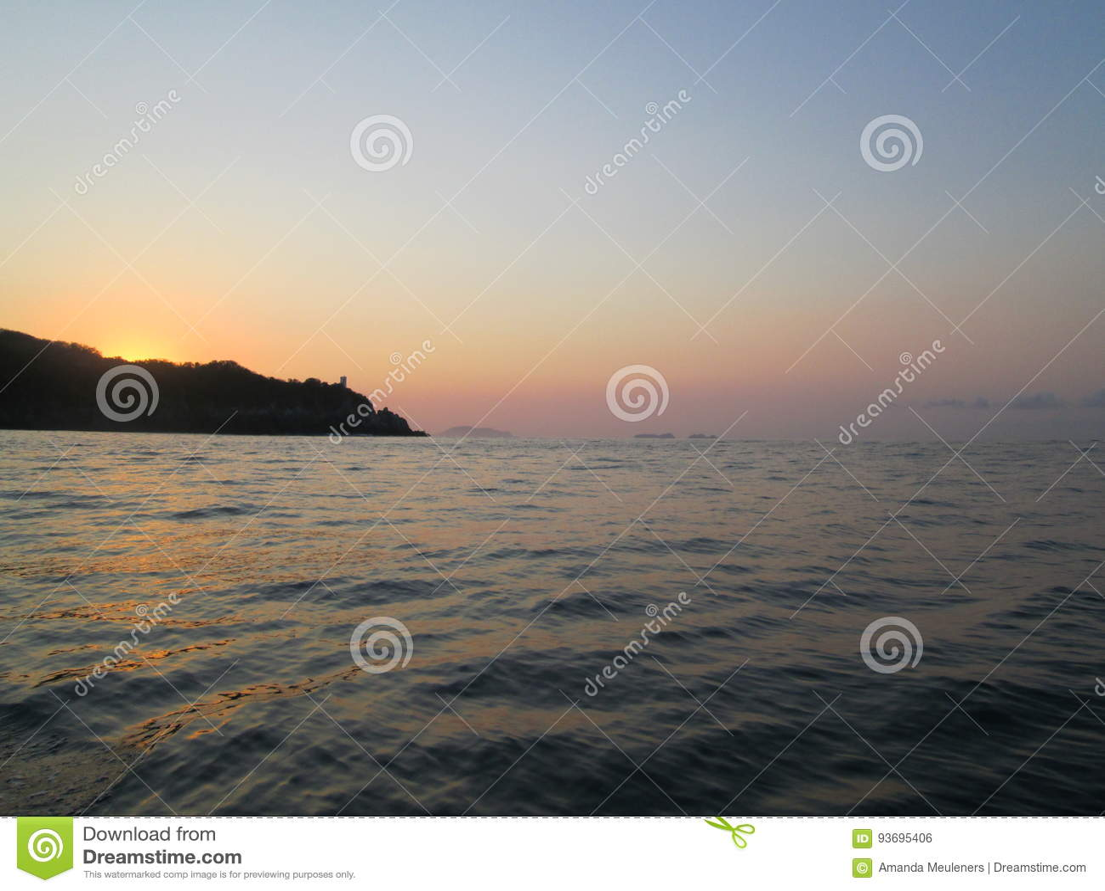Ozean-Sonnenaufgang über dem Hügel